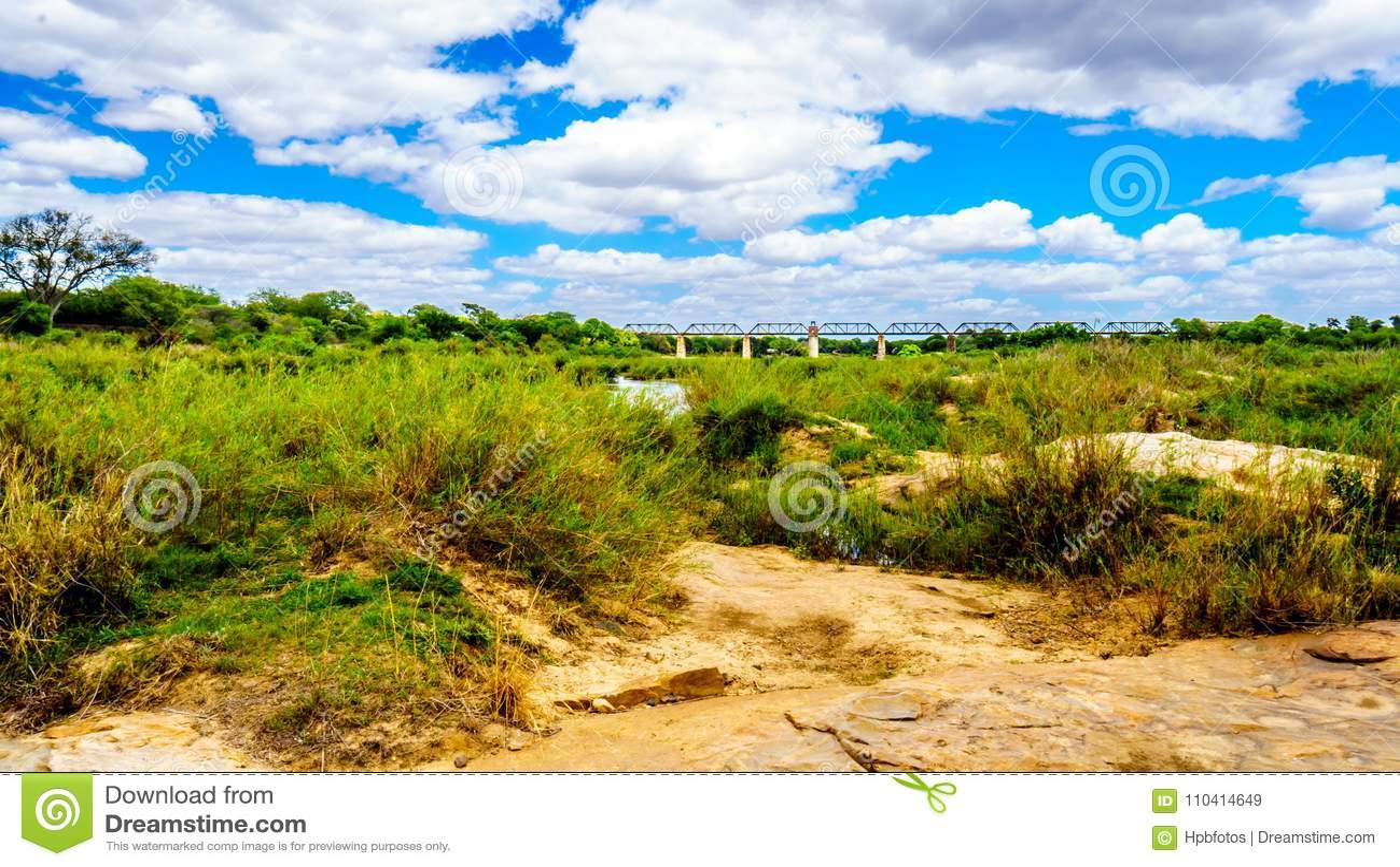 Sabie River presque sèche en parc national central de Kruger