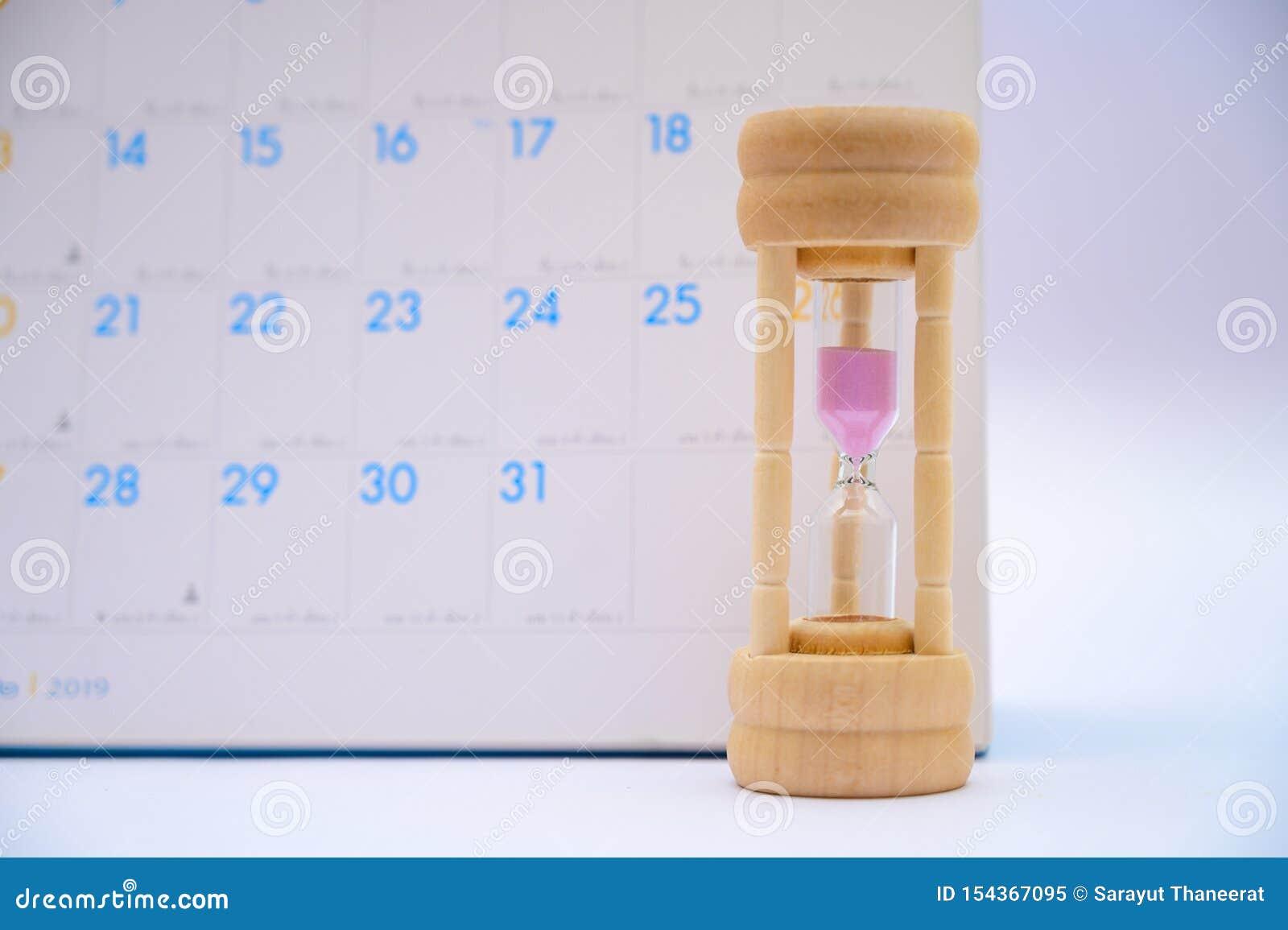 Sablier avec le temps écoulé de jours d idées de calendrier dans chaque période et rendez-vous ou attente