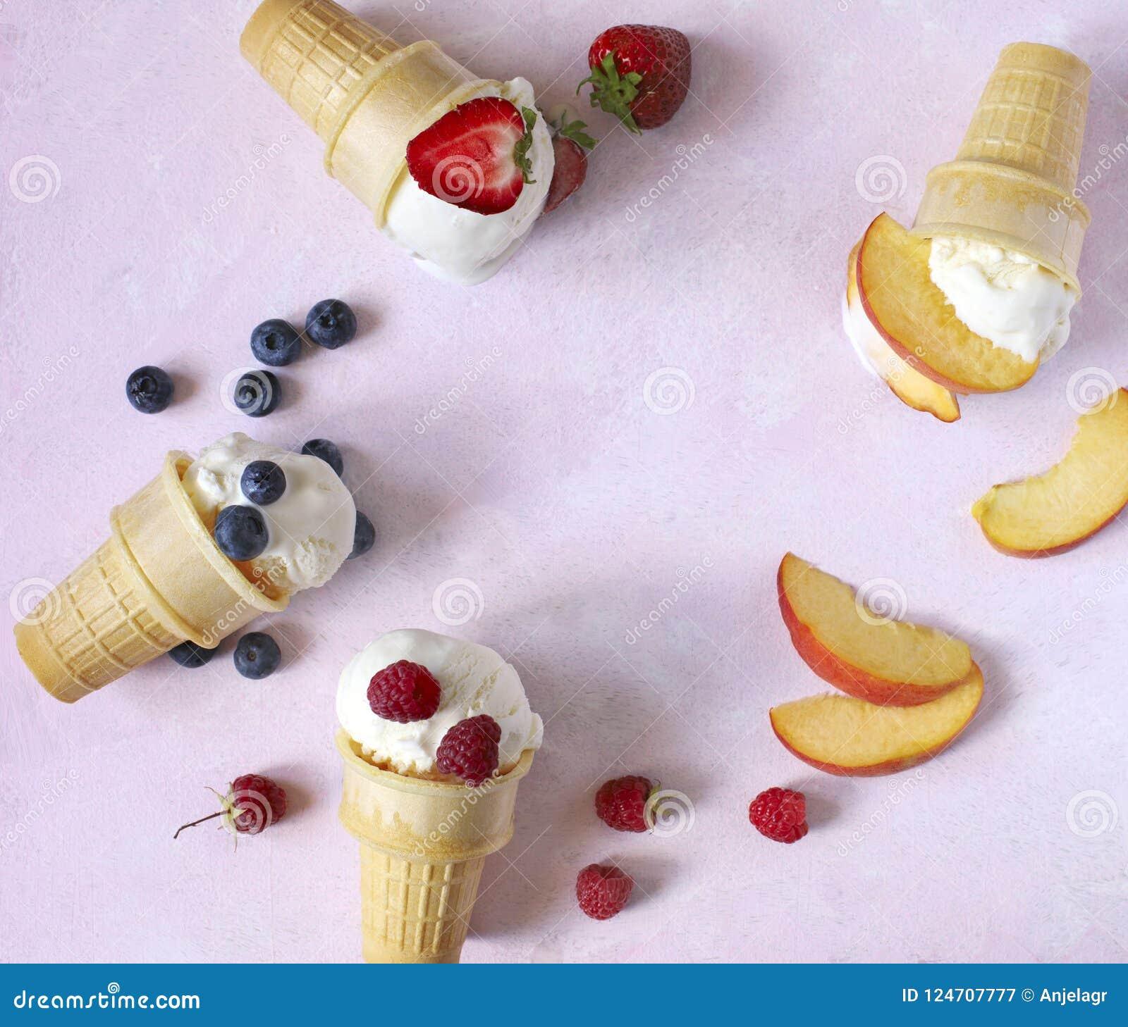 Sabor do gelado de baunilha nos cones com bagas e frutos do verão