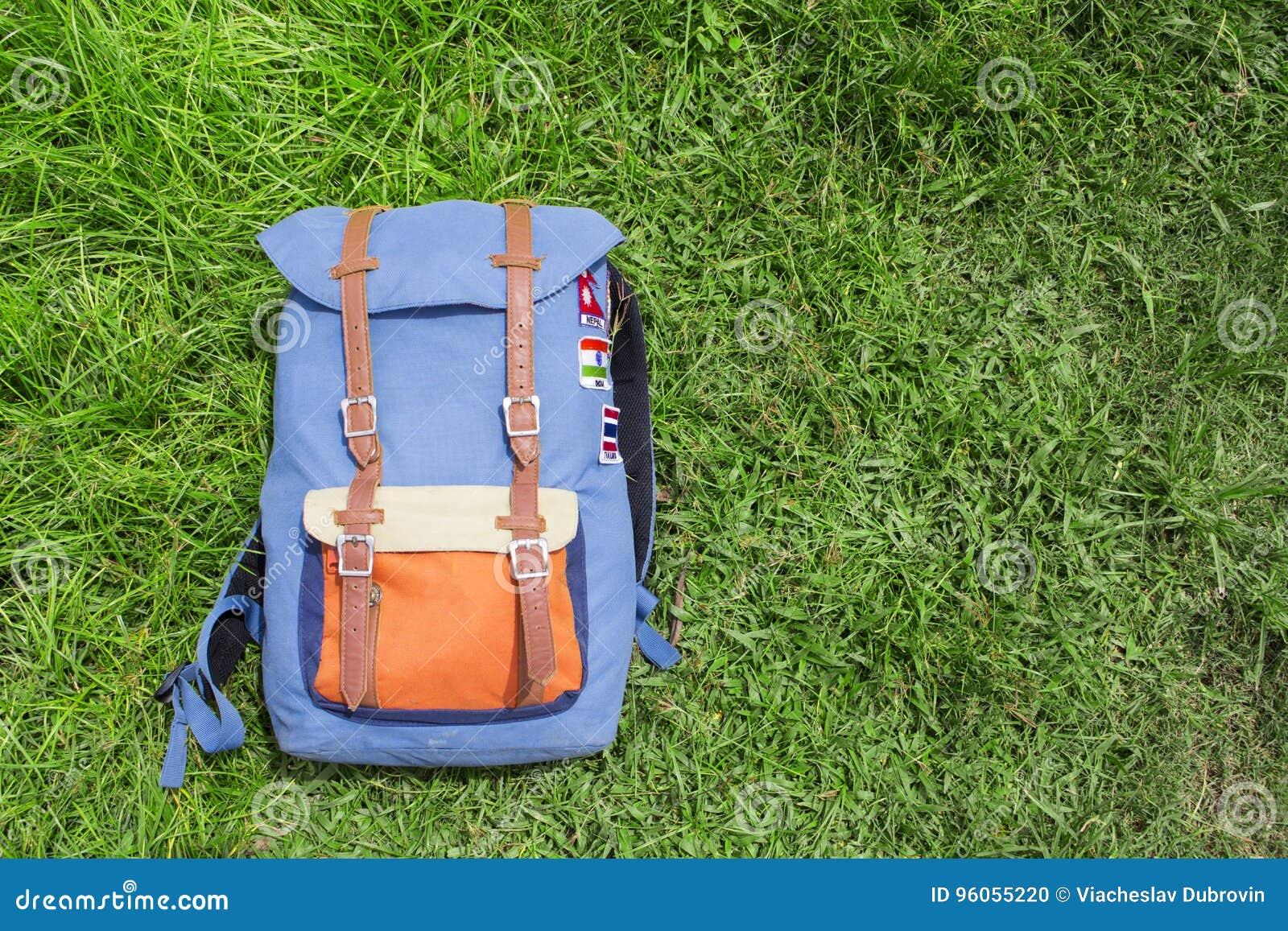 Sac à dos de hippie sur l herbe verte d été Photo de fond de voyage d été