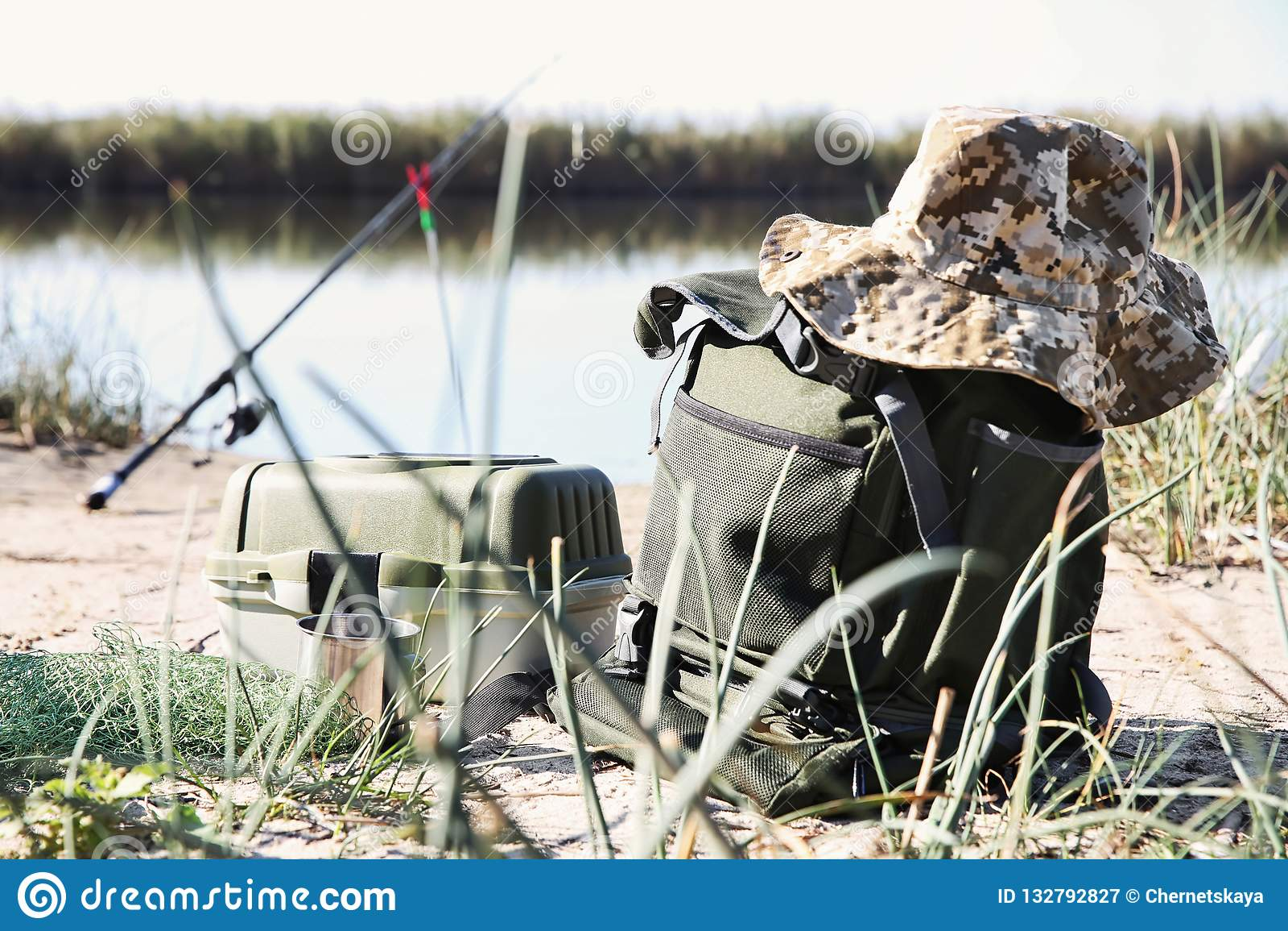 Sac avec pêcher des bases à la rive