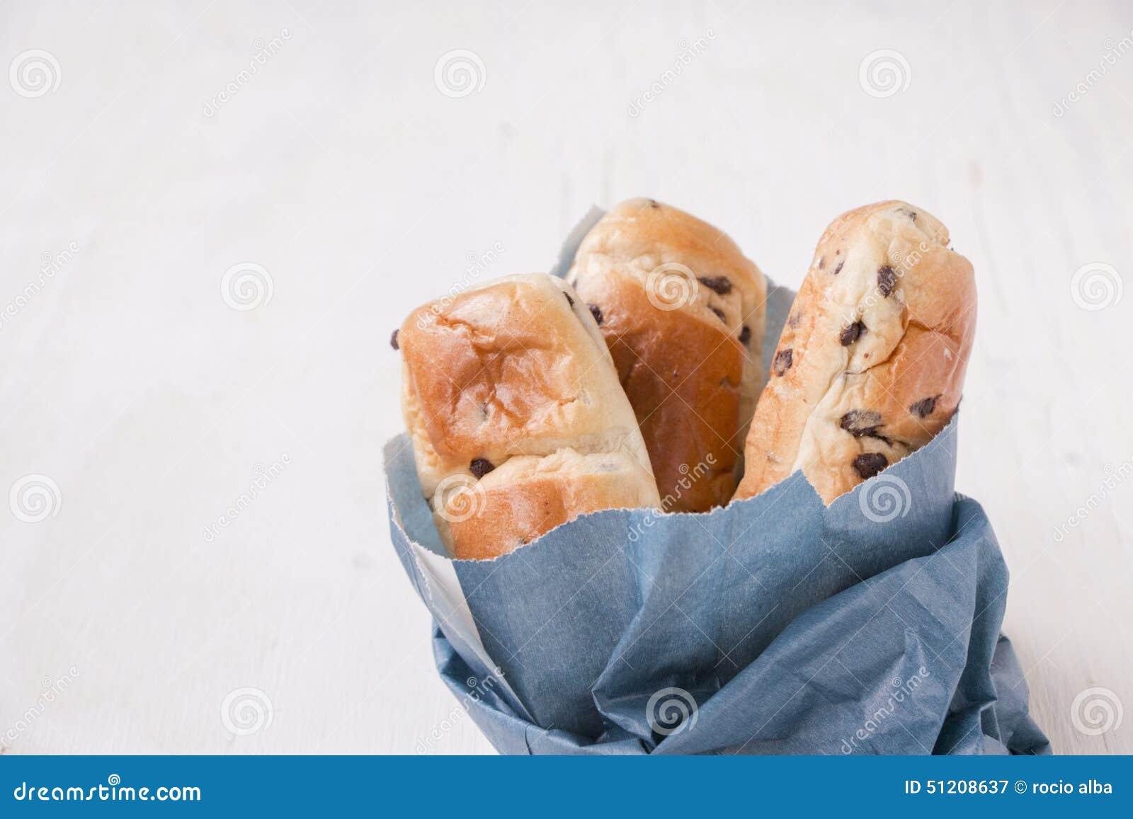 Sac bleu de papier avec de mini pains de brioche