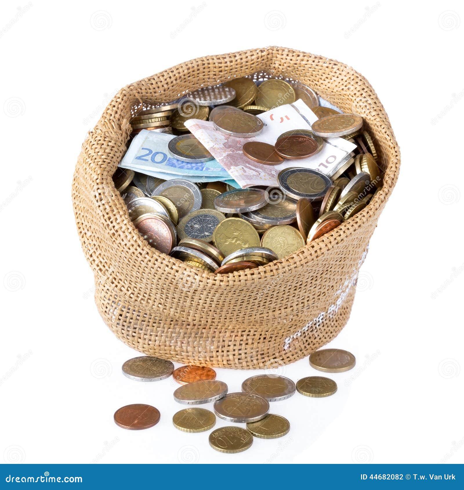 sac d 39 argent avec des pi ces de monnaie et des billets de banque d 39 isolement au dessus du blanc. Black Bedroom Furniture Sets. Home Design Ideas