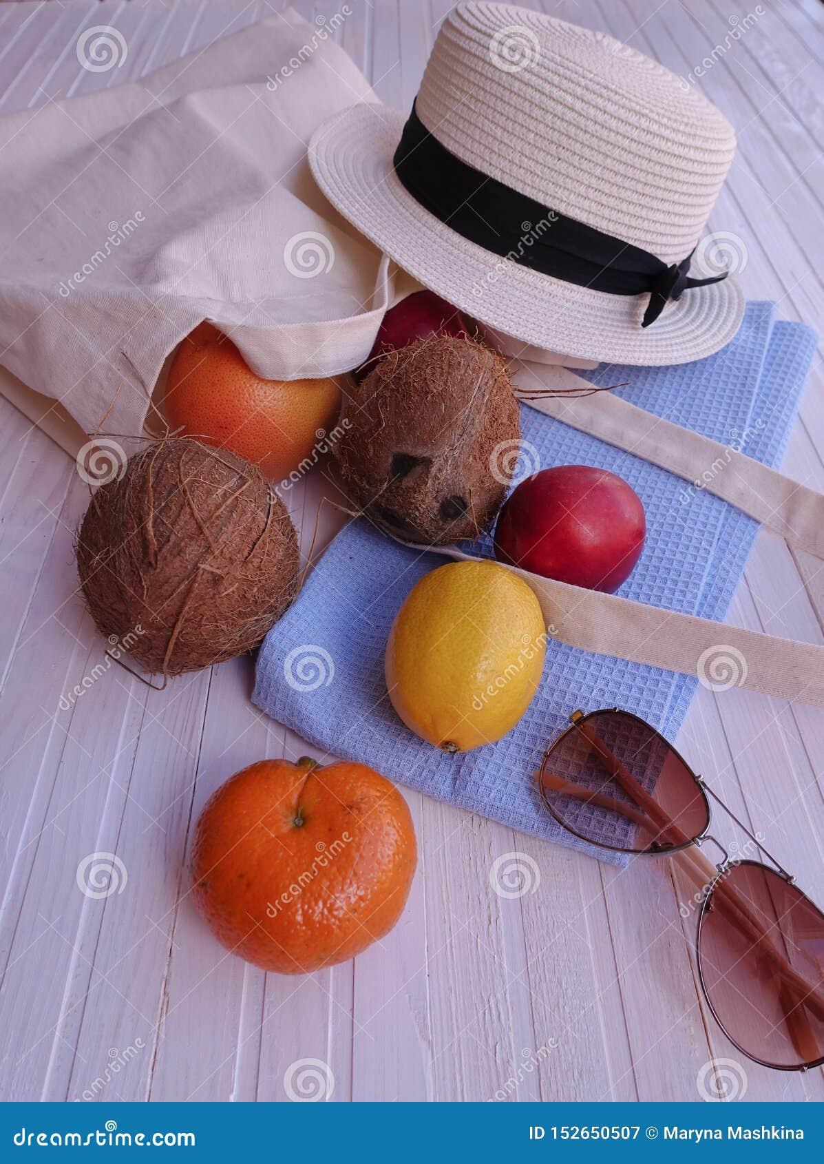 Sac d Eco avec le fruit, le chapeau et les lunettes de soleil