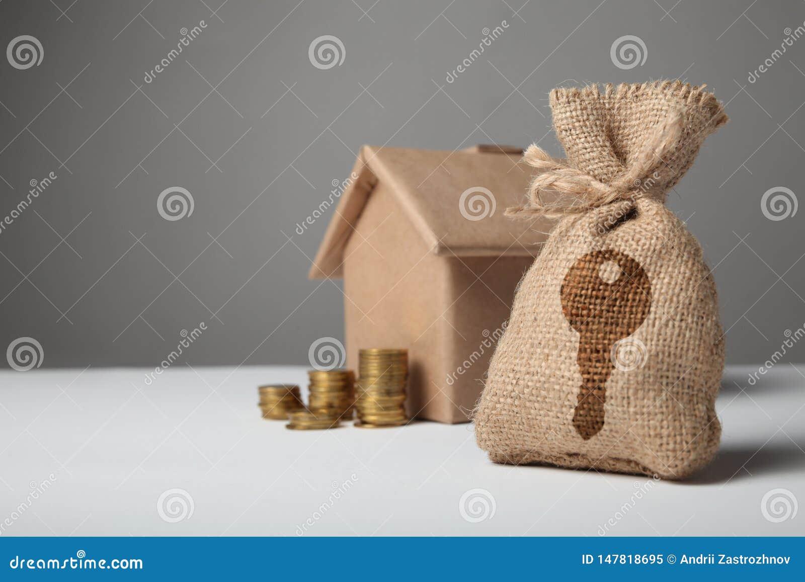 Sac de Brown avec le logo principal Pi?ces d or et maison de papier ? la maison Le concept de la maison de location et de achat