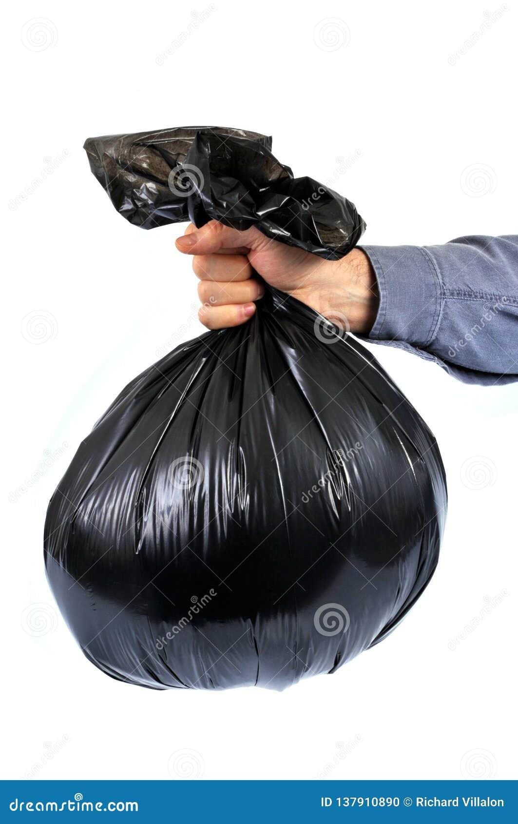 Sac de déchets en plastique noir tenu à disposition
