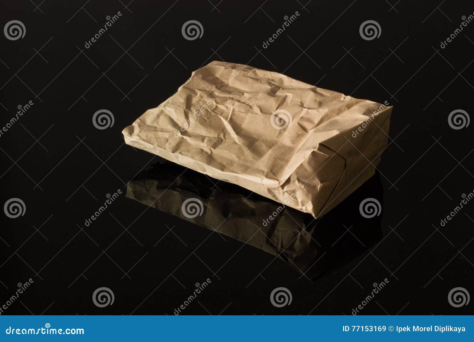 Sac de papier de Brown d isolement sur le fond noir