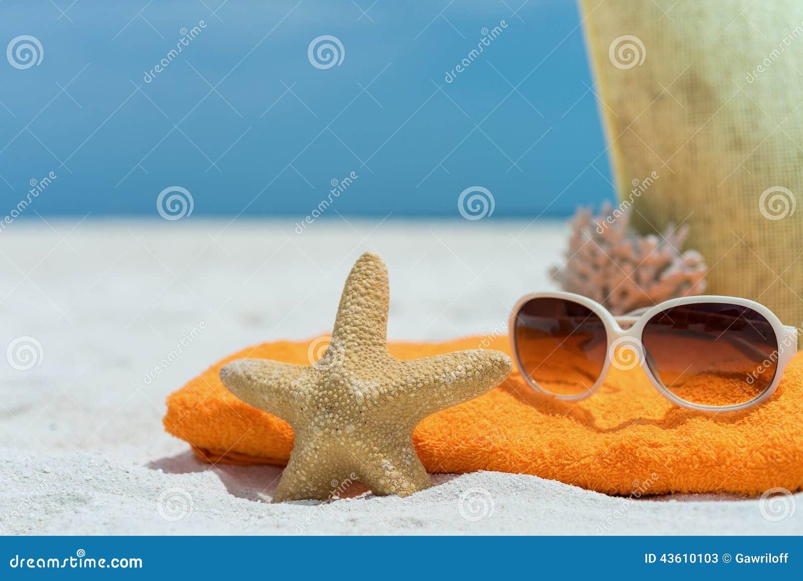 sac de plage d 39 t avec la serviette les lunettes de soleil et le corail sur la plage. Black Bedroom Furniture Sets. Home Design Ideas