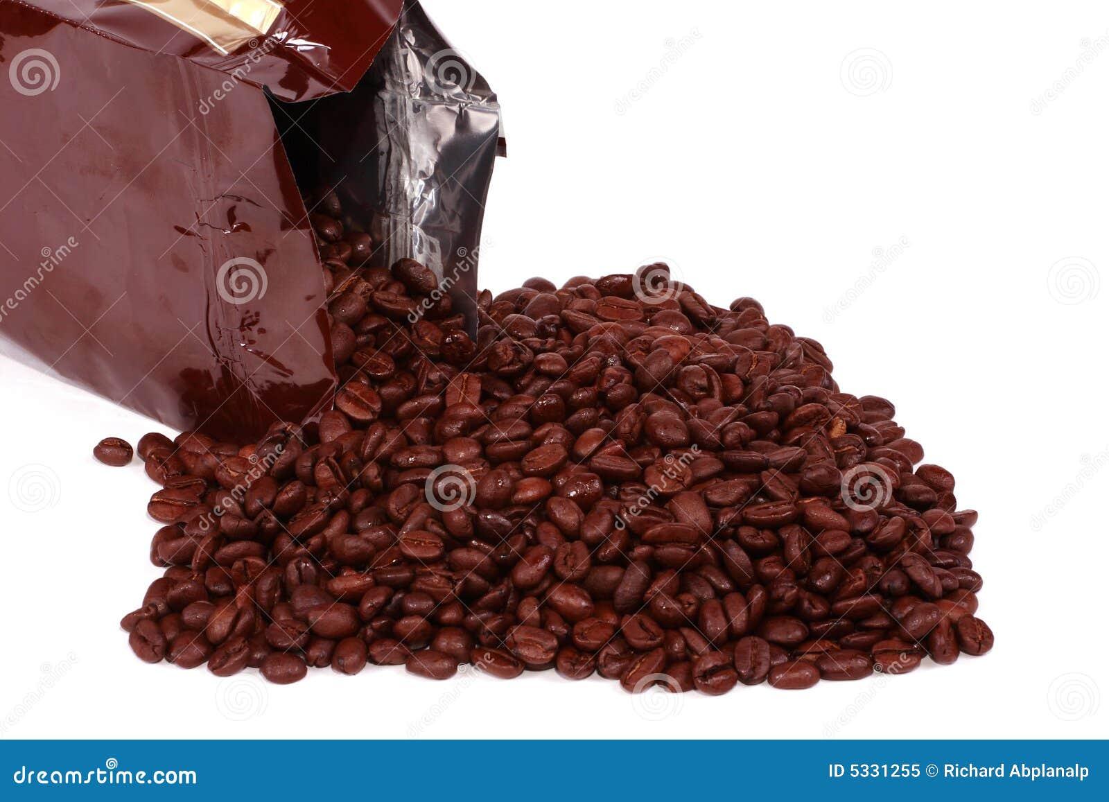 Sac renvers des grains de caf photo libre de droits - Sac de cafe en grain ...