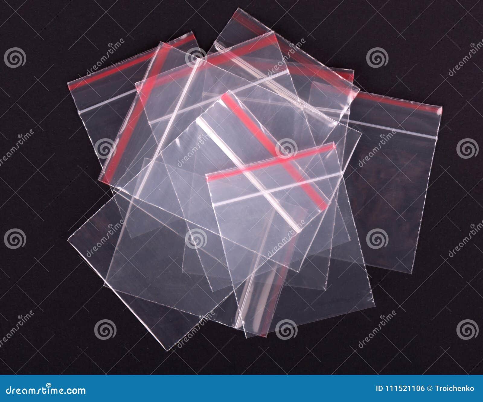 Sac transparent en plastique de tirette sur le fond noir Emballage de serrure de fermeture éclair de bloc Enveloppe scellée par z