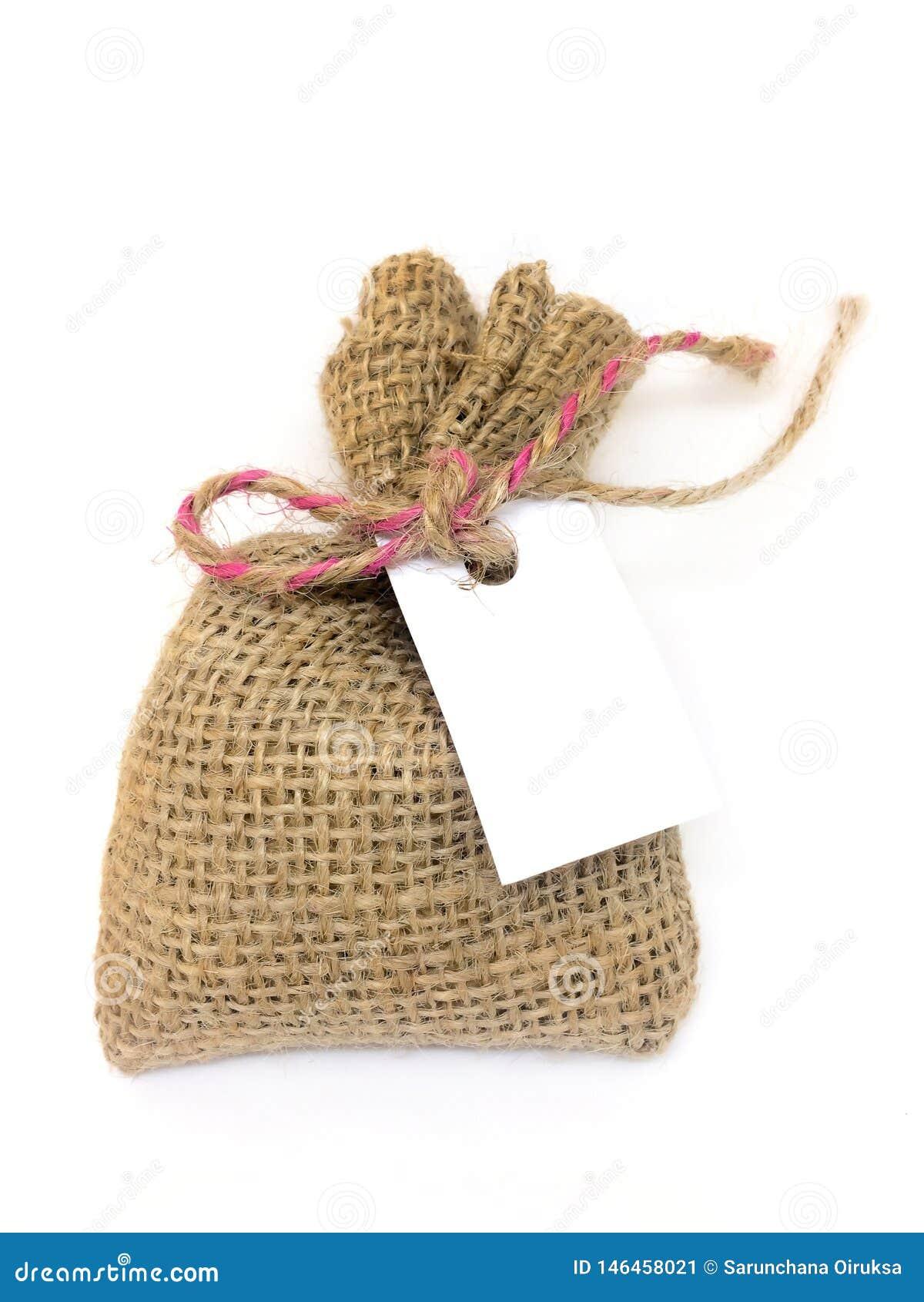 Sacchi delle borse del sacco o sacchi separati su un fondo bianco e una carta di regalo per la scrittura dei messaggi