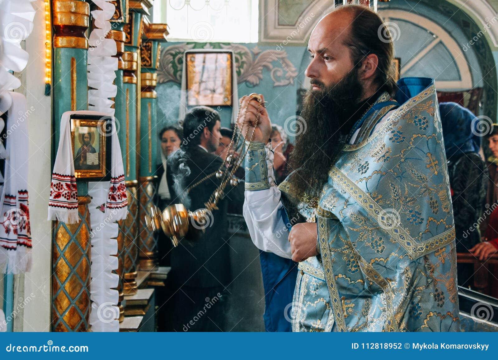 Sacerdotes ortodoxos en iglesia