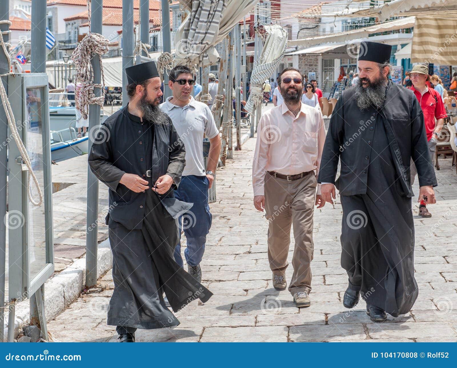 Sacerdotes ortodoxos griegos en el Hydra griego de la isla