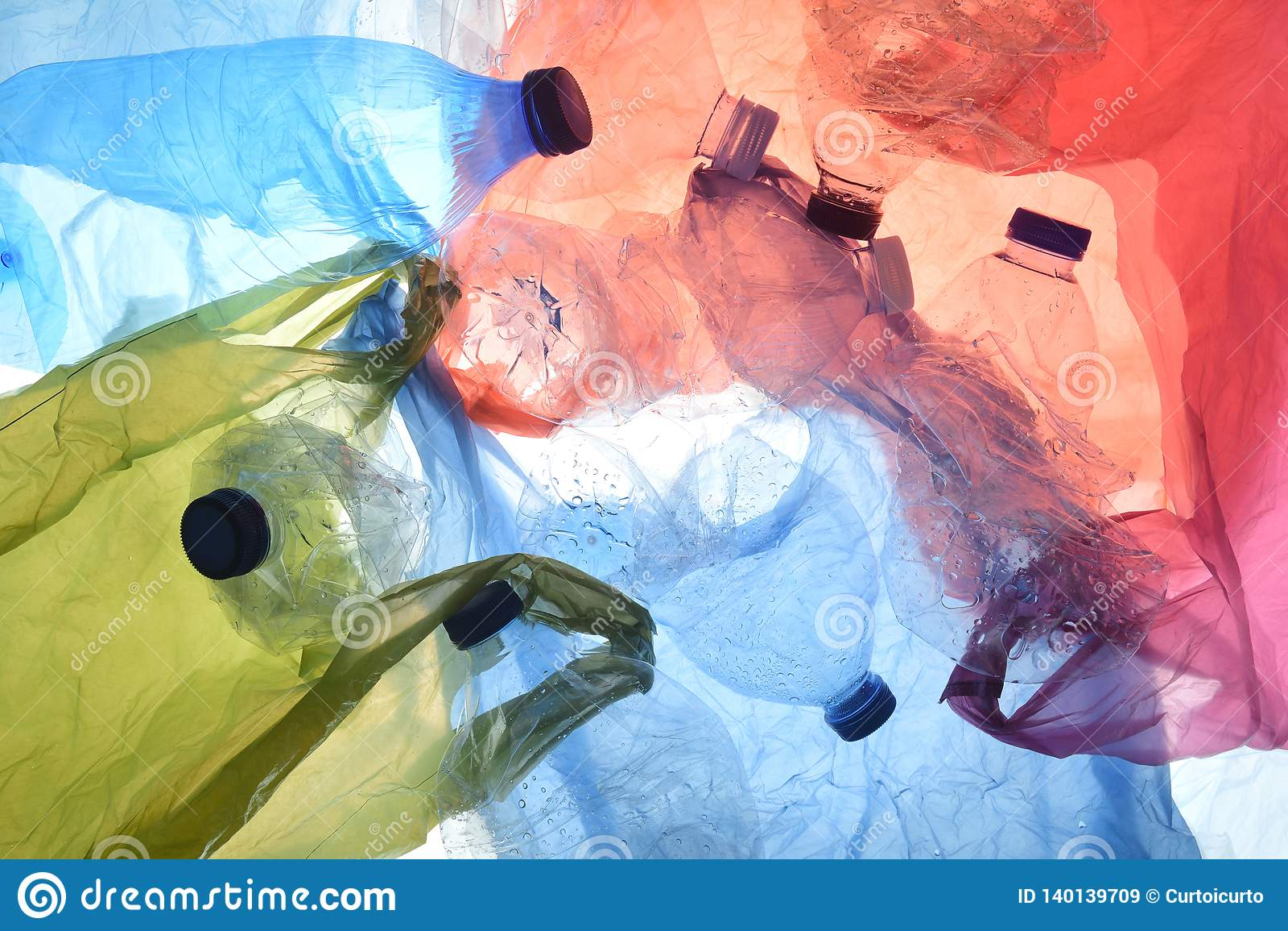Sachets et bouteilles en plastique