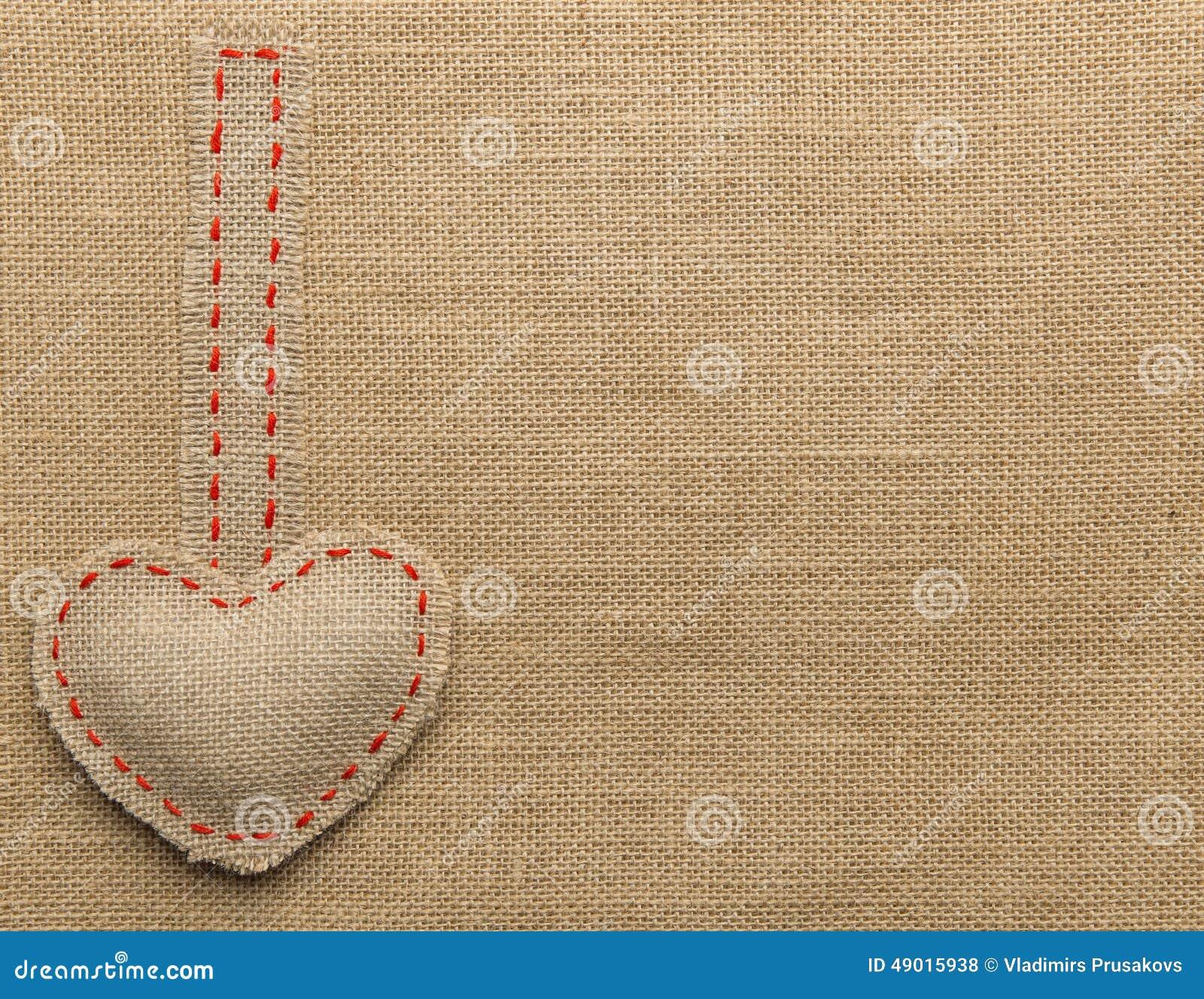 Sackcloth μορφής καρδιών ράβοντας αντικείμενο Επιδιορθωμένο Burlap υπόβαθρο