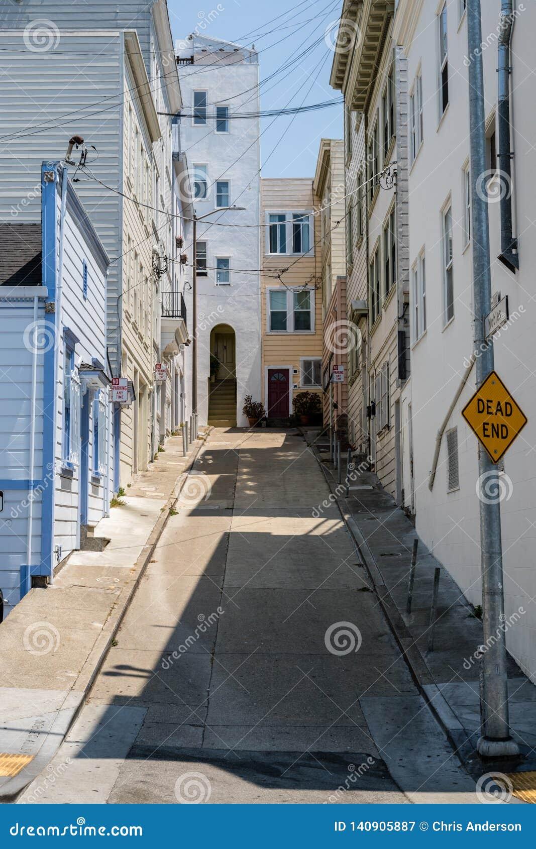Sackgassegasse mit steiler Straße, sauberen Bürgersteigen und malte freundlich Häuser in San Francisco