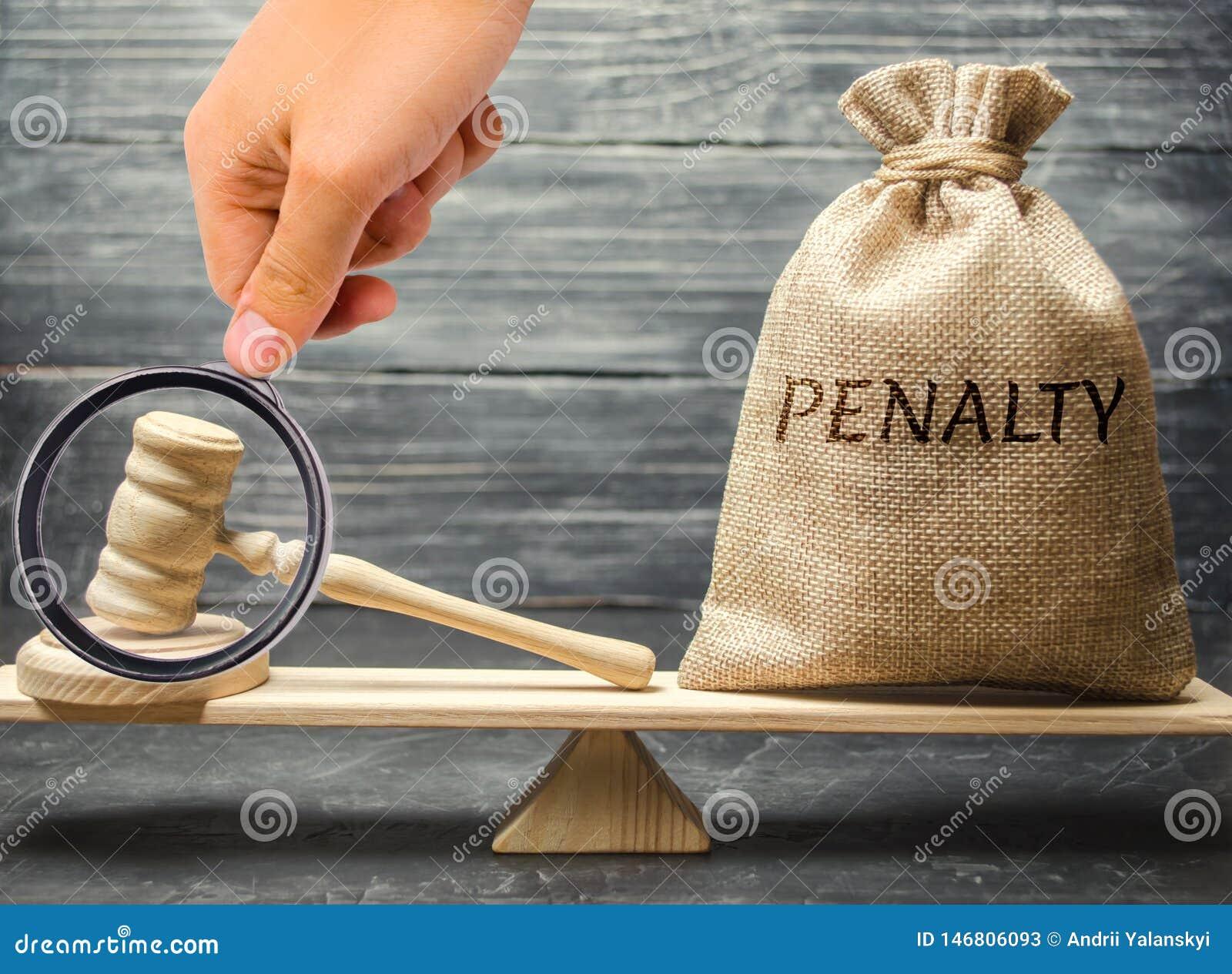 Saco com a pena e o martelo da palavra nas escalas Pena como uma puni??o para um crime e uma ofensa fraud a decis?o do ` s da cor