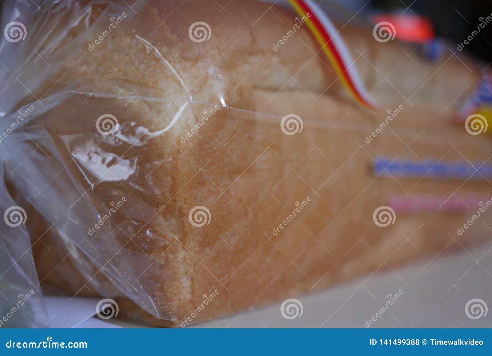 Saco cortado genérico do pão na prateleira