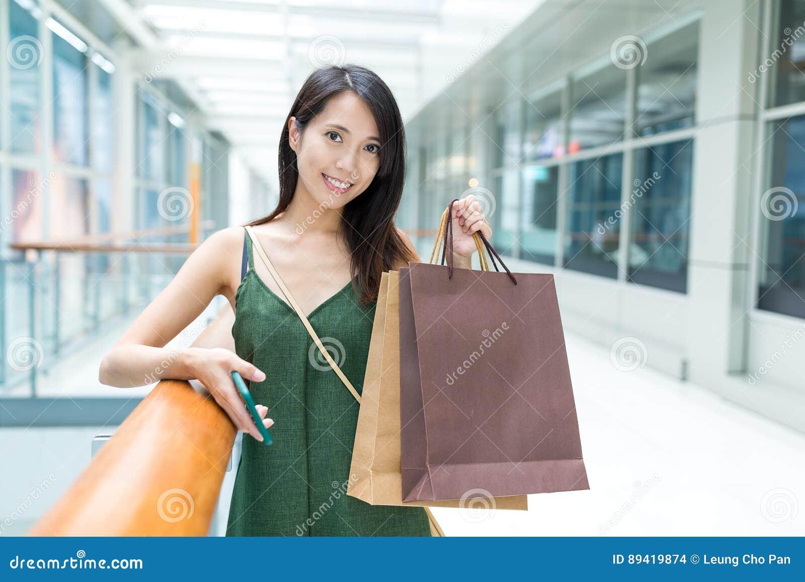 Saco de compra da terra arrendada da mulher