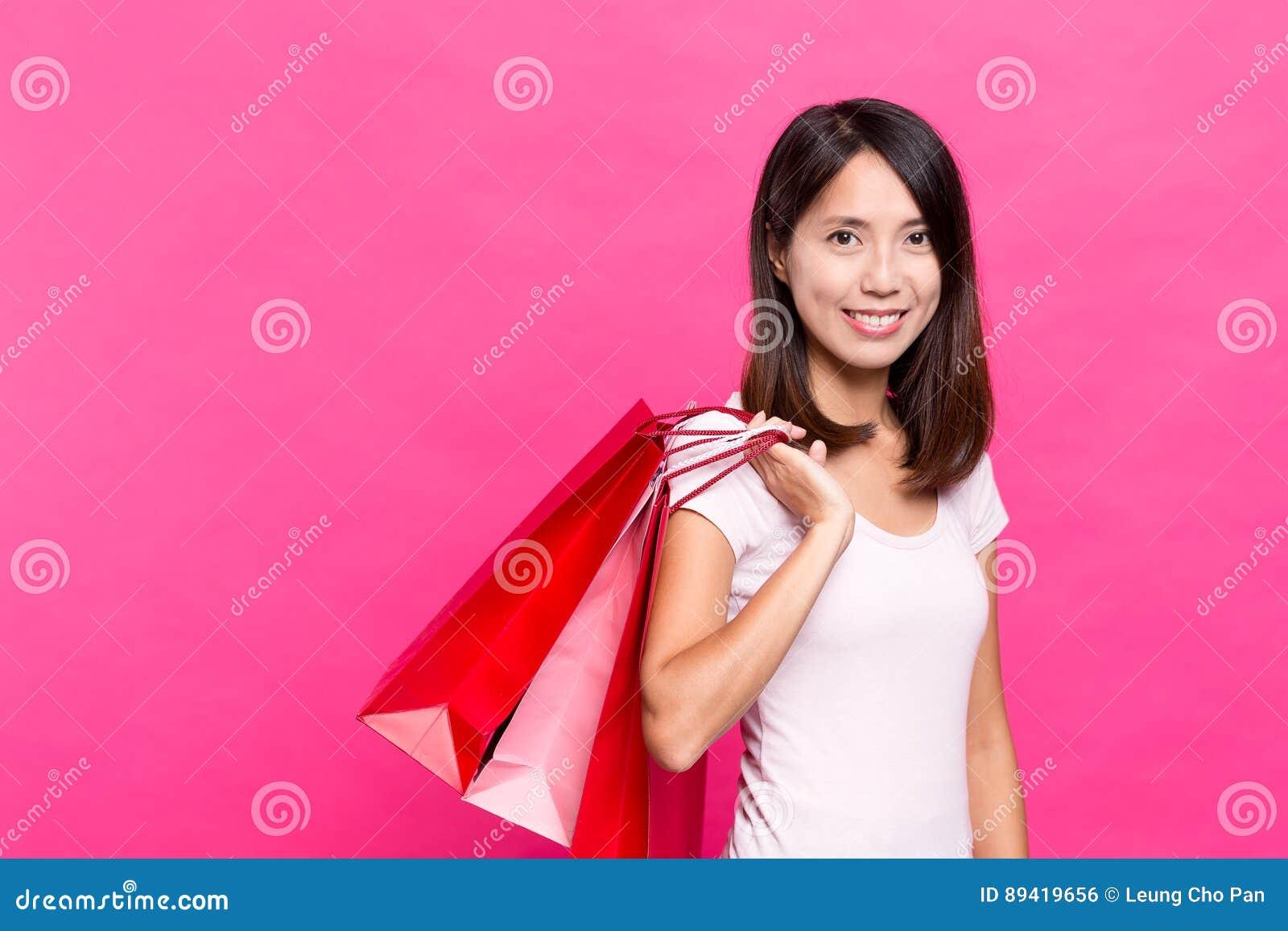 Saco de compra da terra arrendada da mulher nova