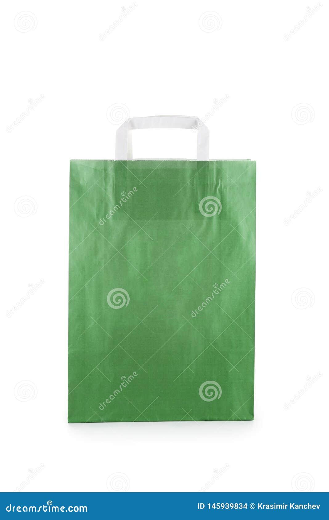 Saco de papel verde isolado no fundo branco