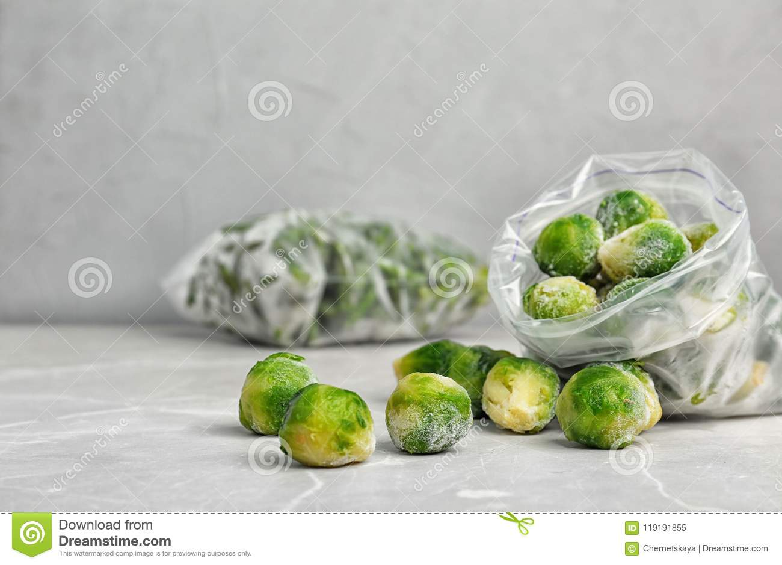 Saco de plástico com as couves-de-Bruxelas congeladas na tabela