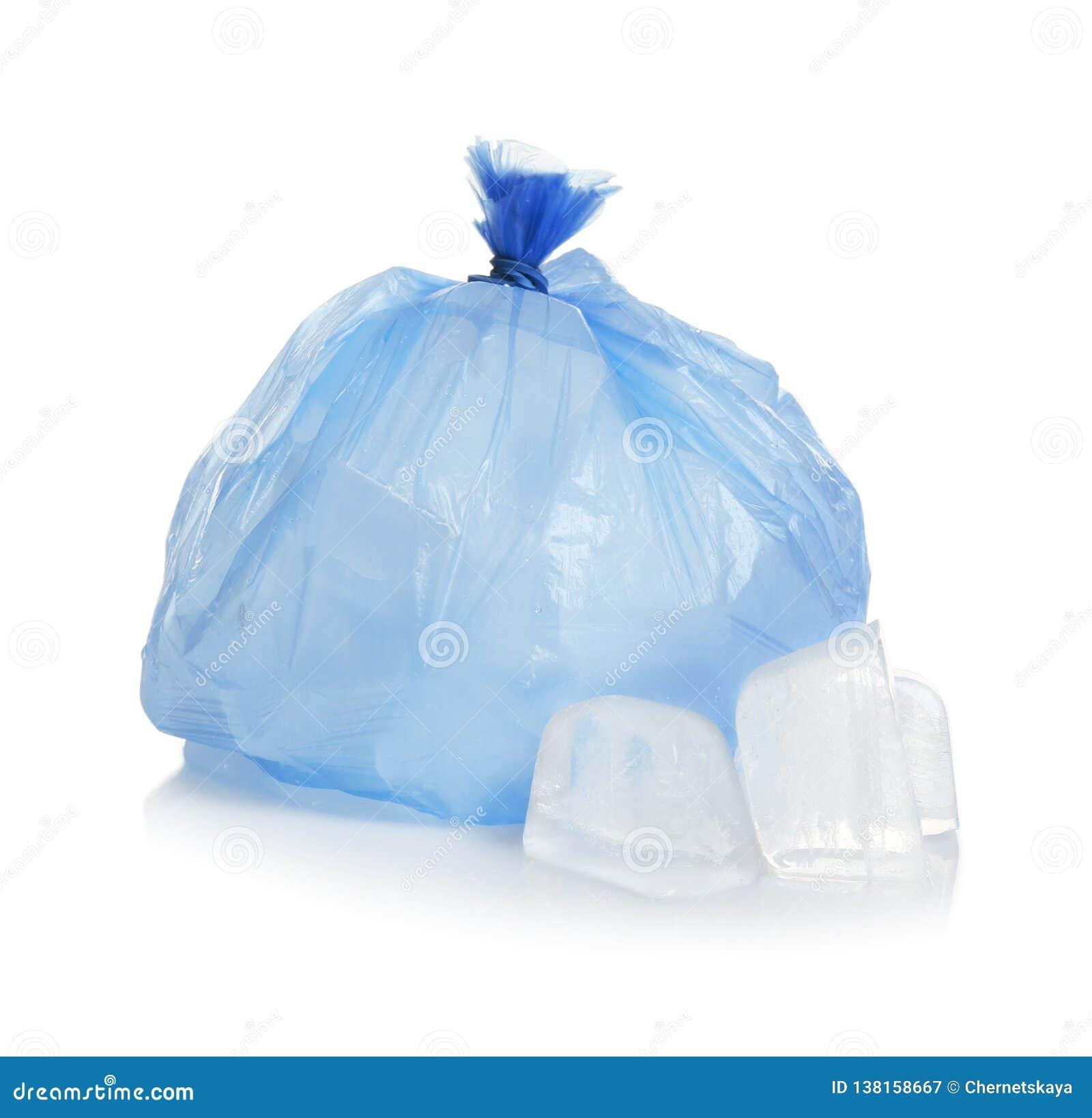 Saco de plástico com os cubos de gelo no branco