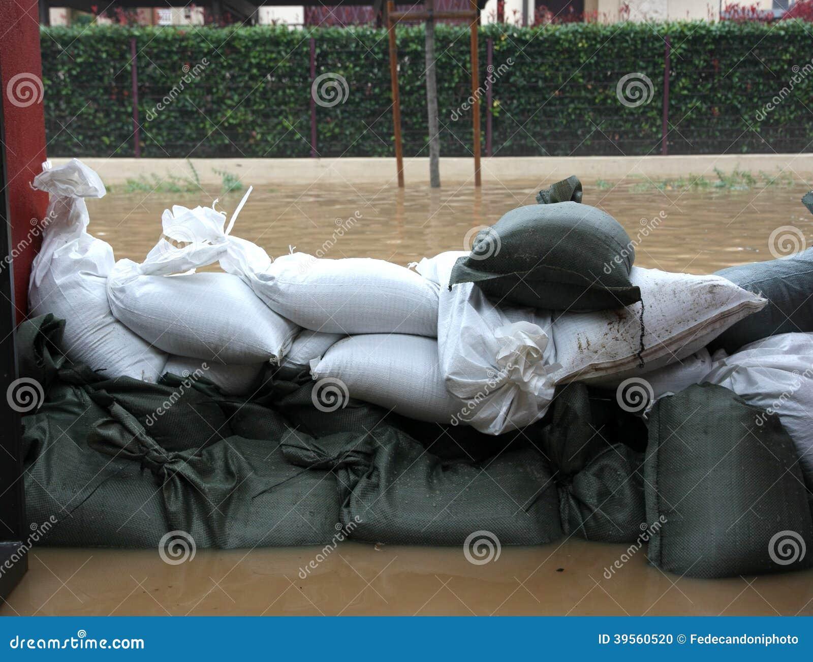 Sacos de areia na defesa torrencial da inundação
