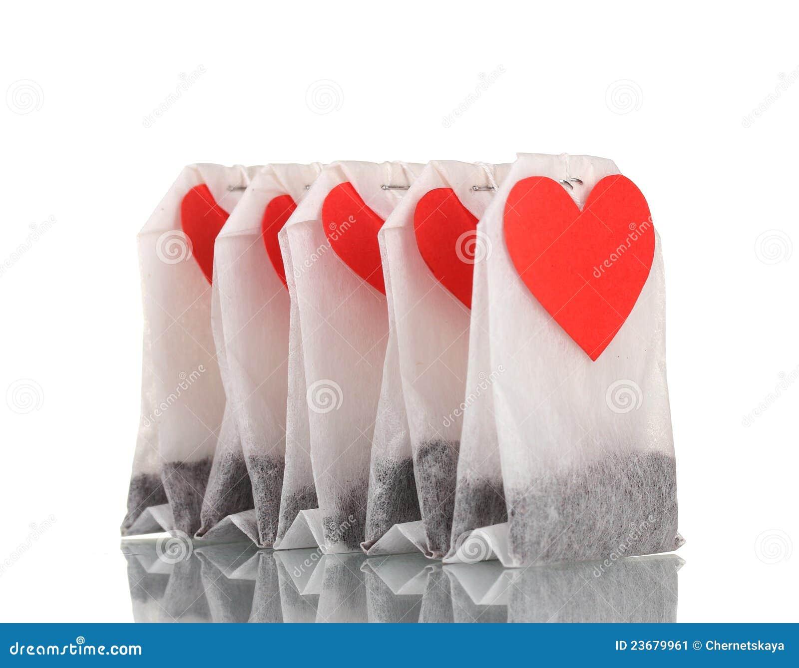 Sacos de chá com etiquetas heart-shaped em branco
