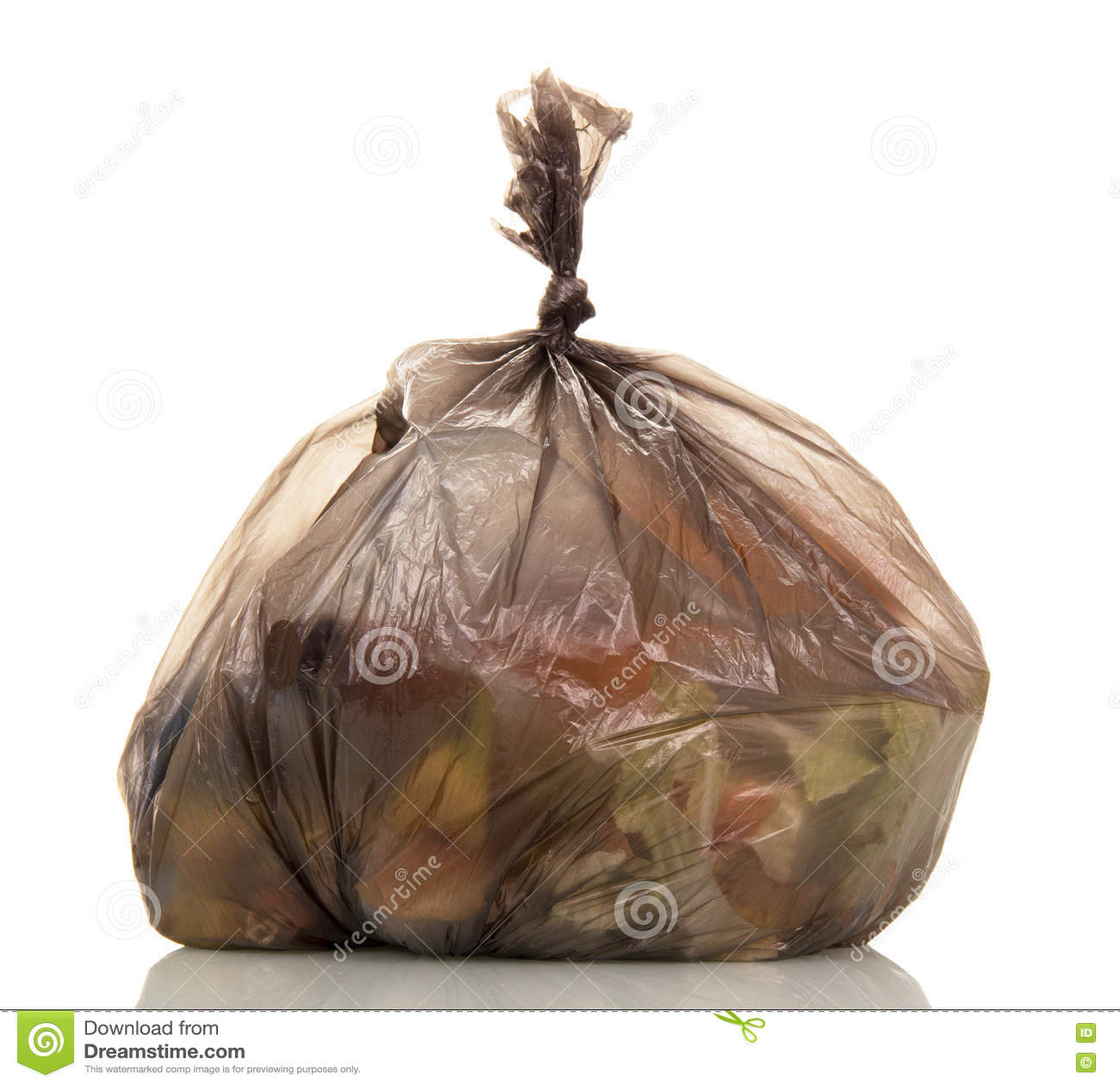Sacos de lixo com o desperdício de alimento isolado no branco