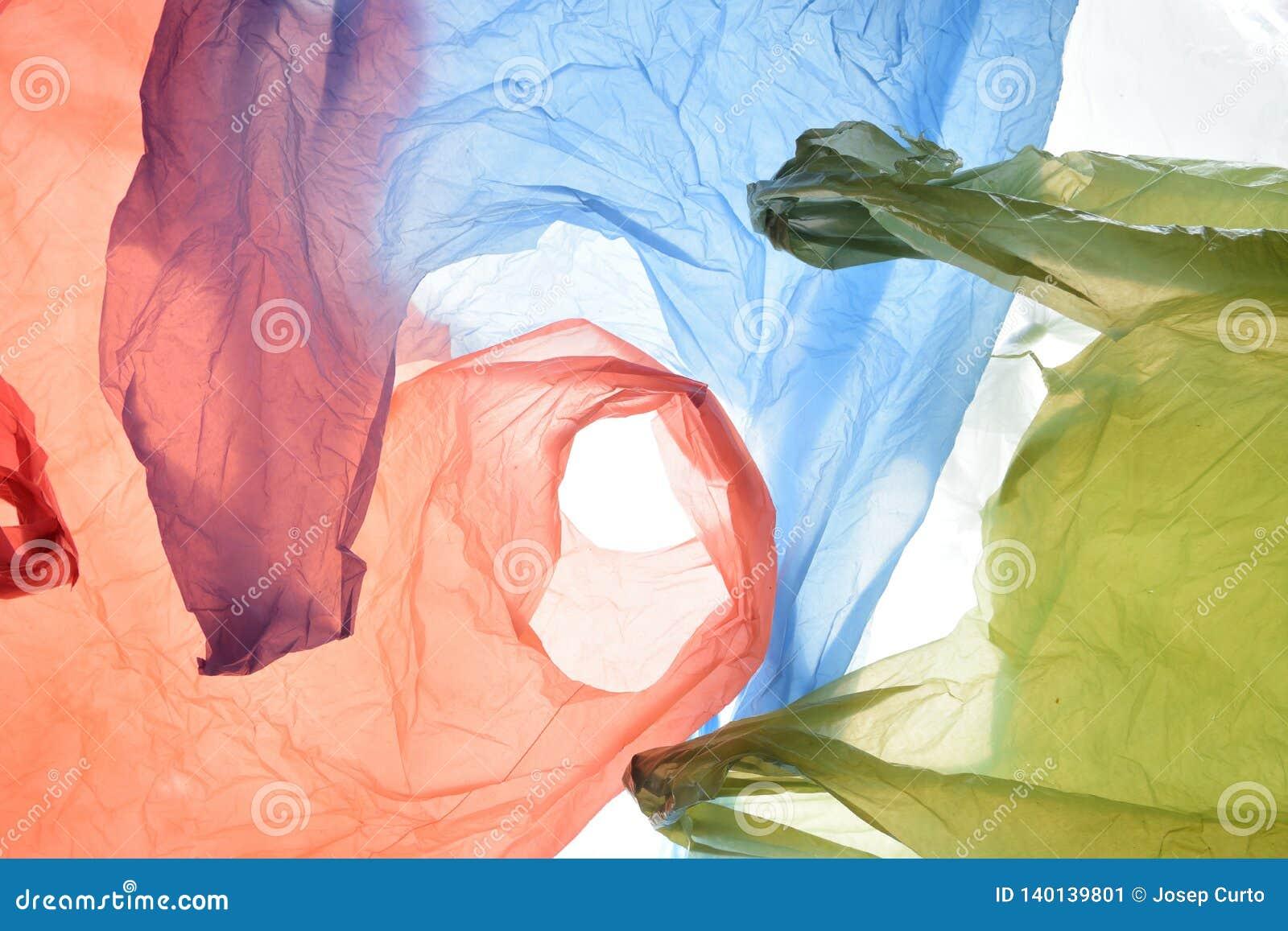 Sacos de plástico de cores usadas e transparentes