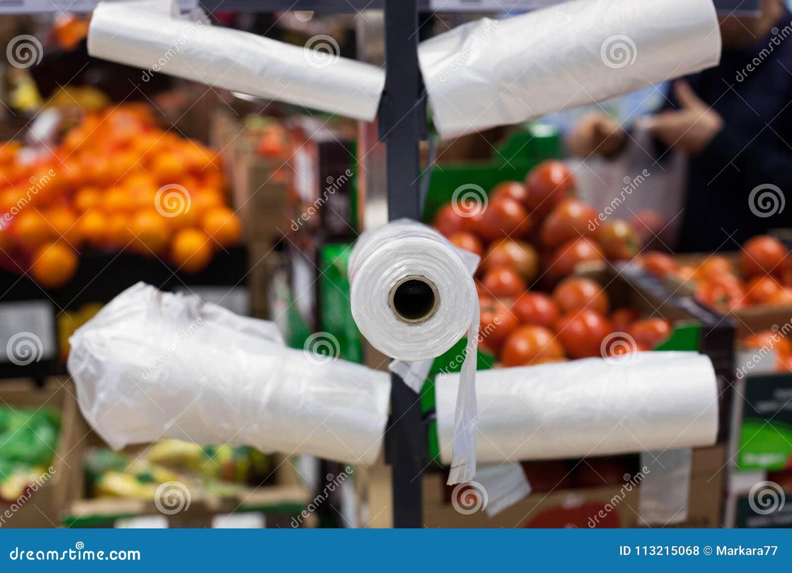 Sacos de plástico em um supermercado