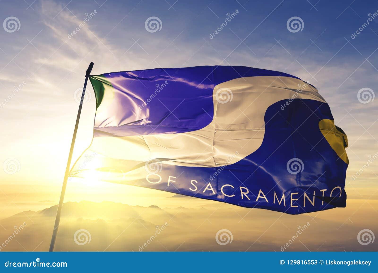 Sacramento miasta kapitał Kalifornia Stany Zjednoczone flagi tkaniny tekstylny sukienny falowanie na odgórnej wschód słońca mgły