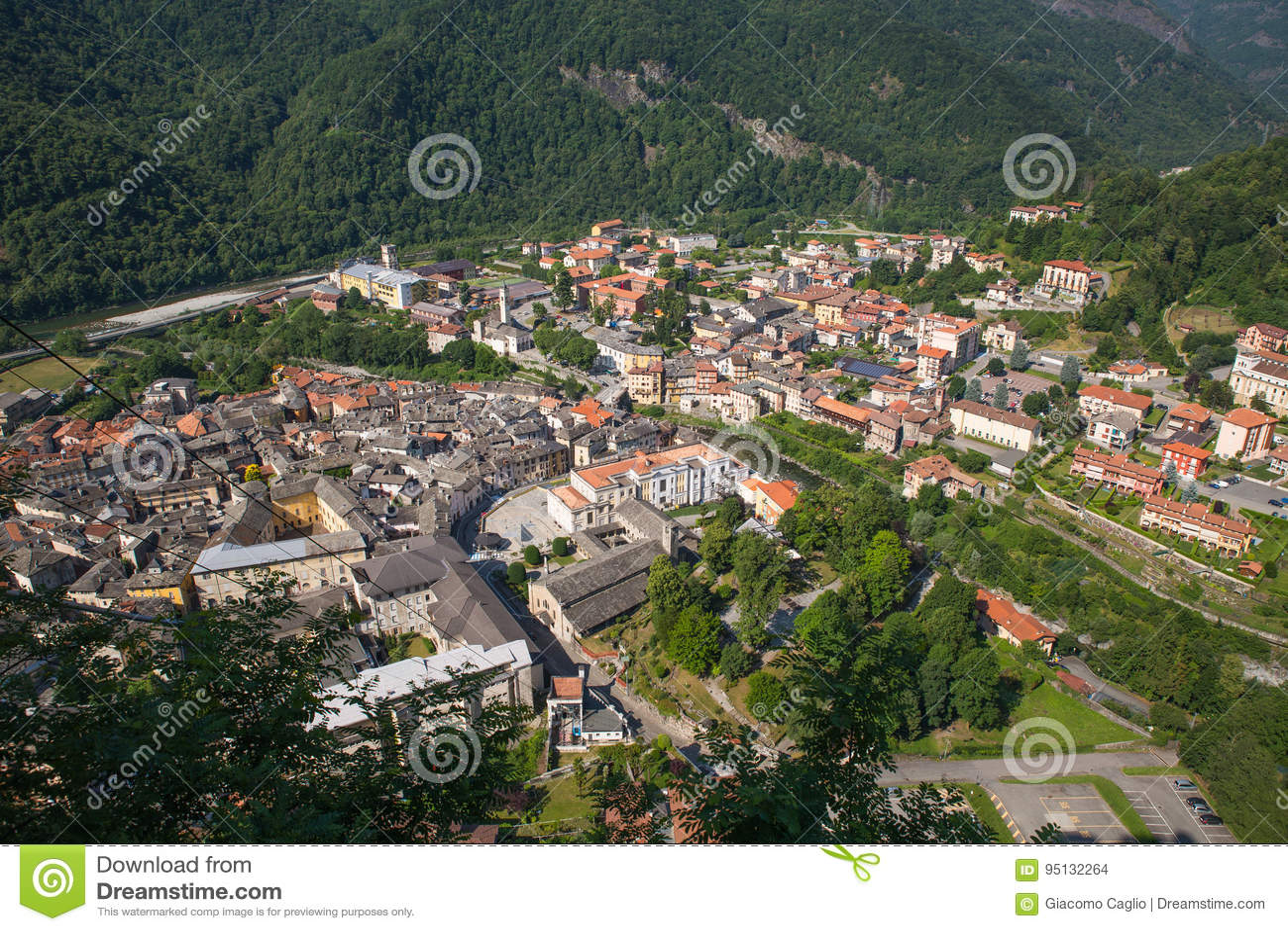 Sacro Monte di Varallo heligt berg i Piedmont Italien - sikt från cablewayen - Unesco-världsarv