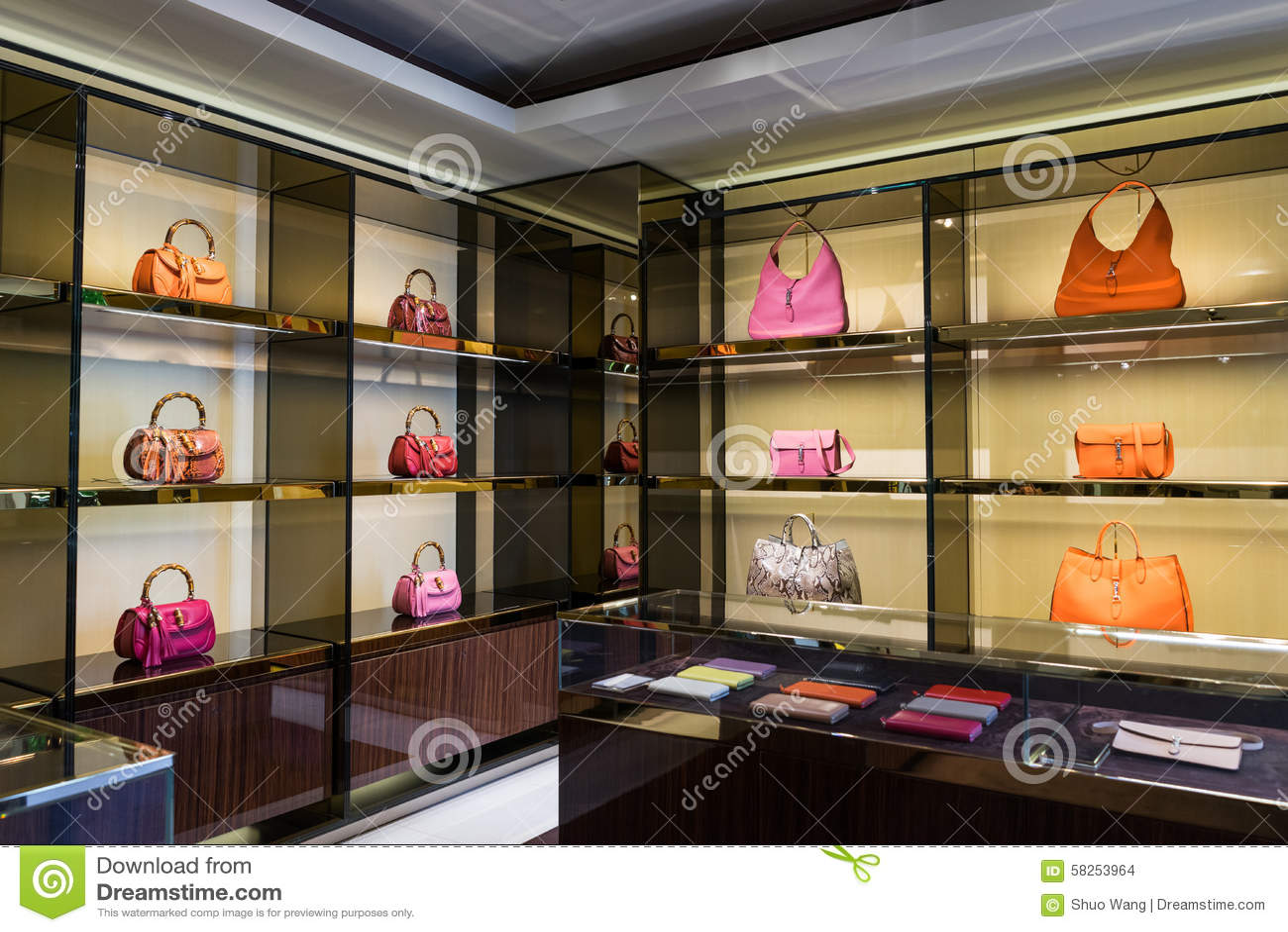 0207c3cb5a8 Sacs à Main De Luxe Dans La Boutique Photo stock - Image du cuir ...