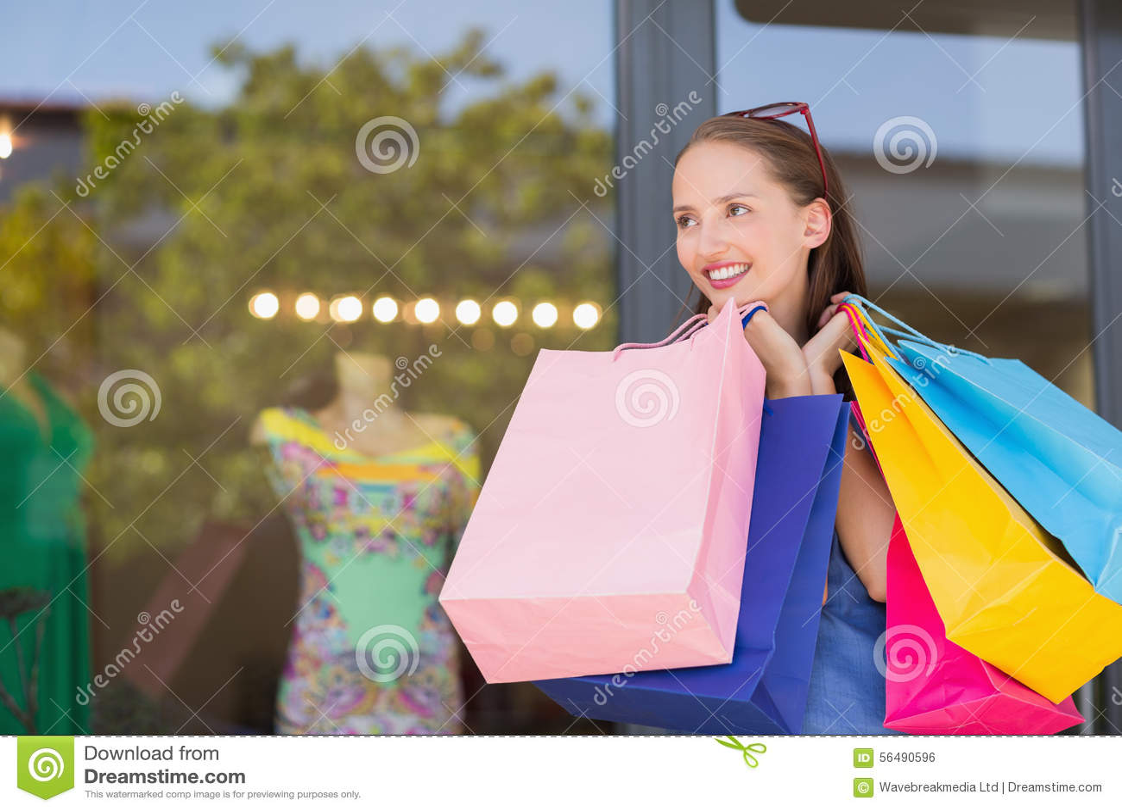 Sacs à provisions de transport de femme heureuse