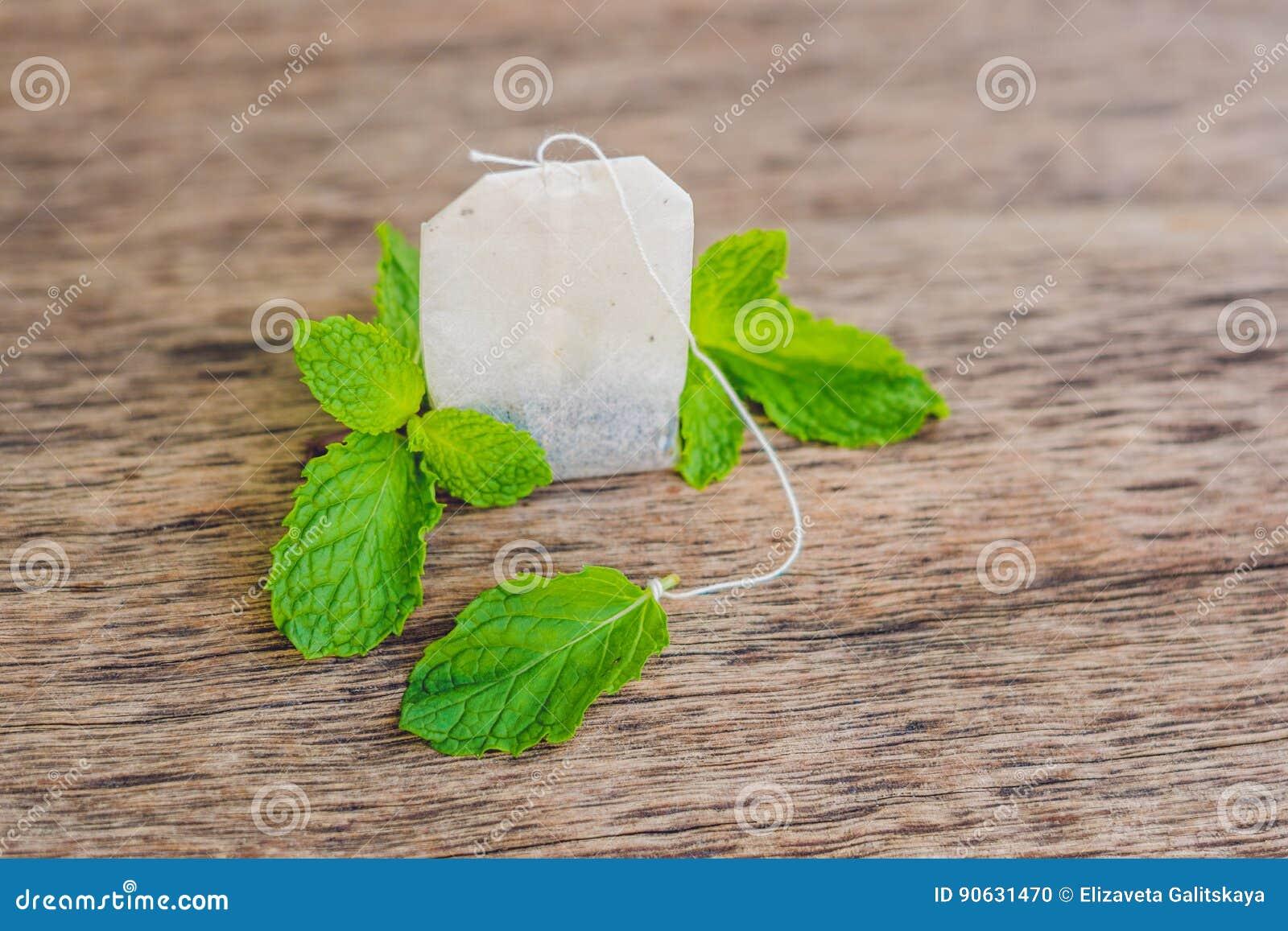 Sacs à thé sur le fond en bois avec la mélisse fraîche, menthe Thé avec