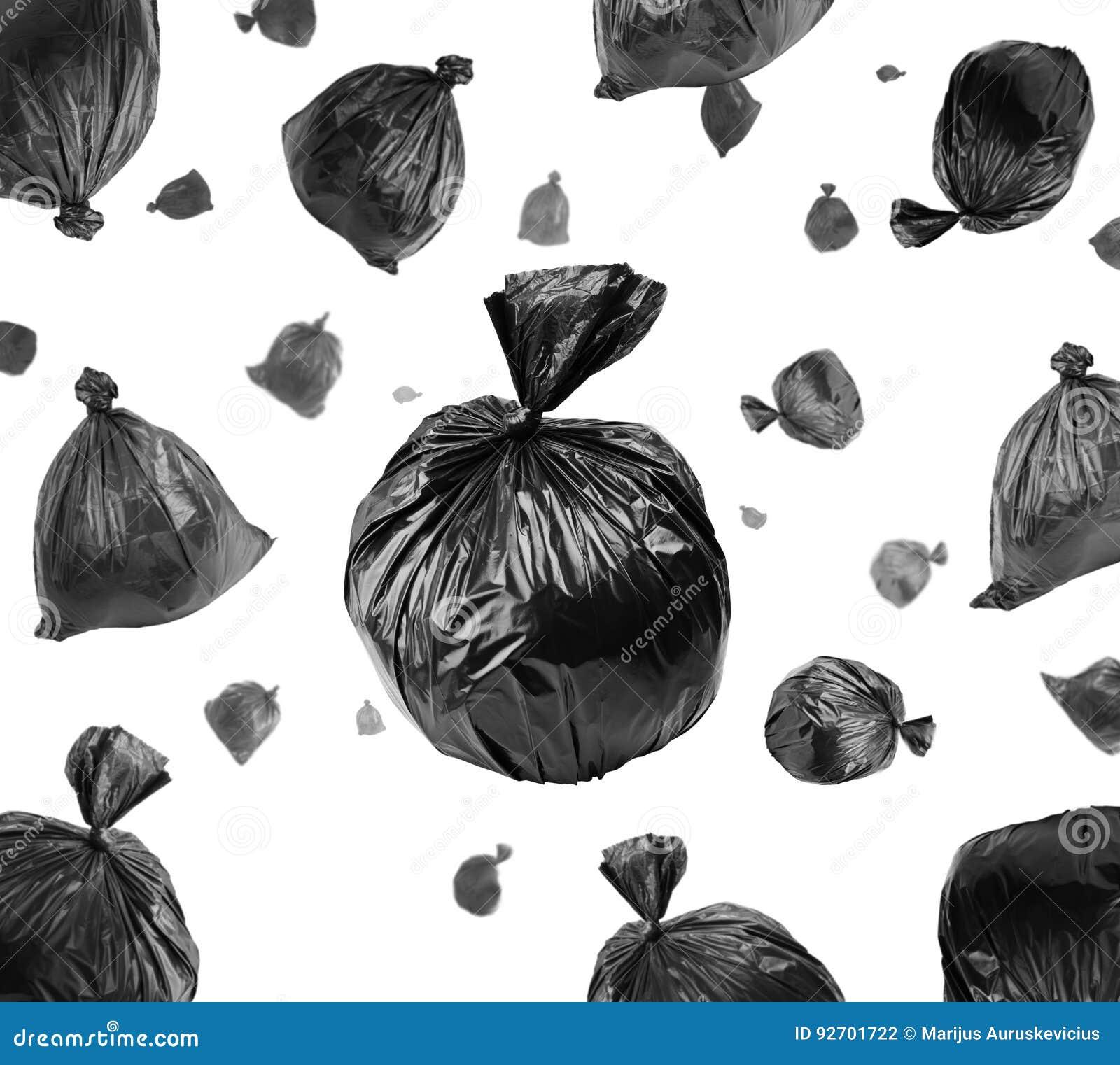 Sacs de déchets noirs sur le blanc