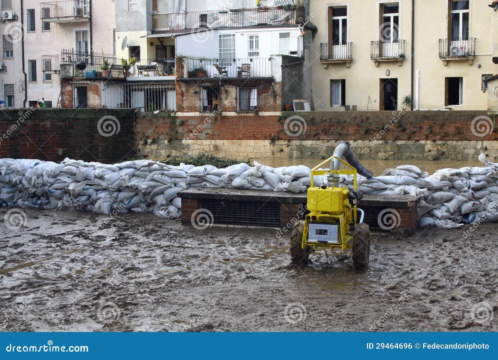 Sacs de sable le long des banques de la rivière après l inondation et l unité centrale