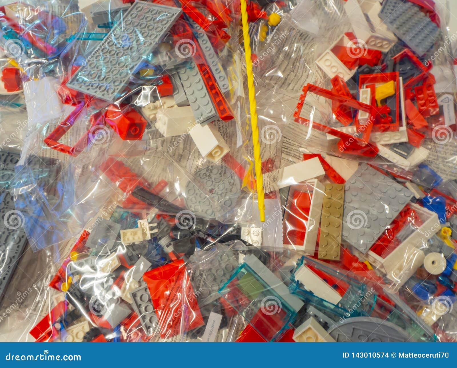 Sacs transparents avec des morceaux de LEGO à employer pour la construction de jouets