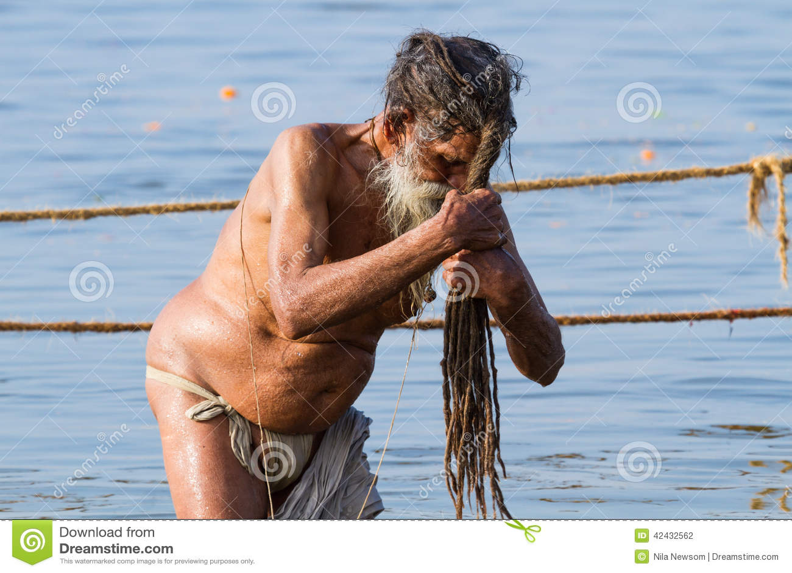 Sadhu hindú que se baña en el Kumbha Mela, la India