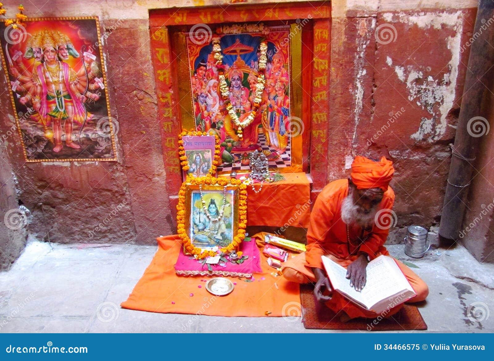 Sadhu indou de piligrim priant sur la rue dans Indi