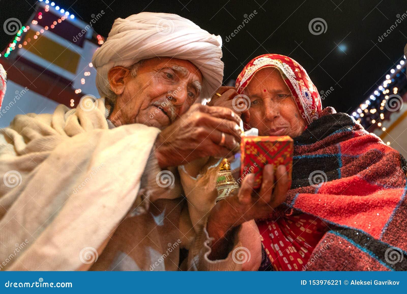 Sadri/India-12 07 2019: De mensen op de traditionele ceremonie van het rajasthanihuwelijk