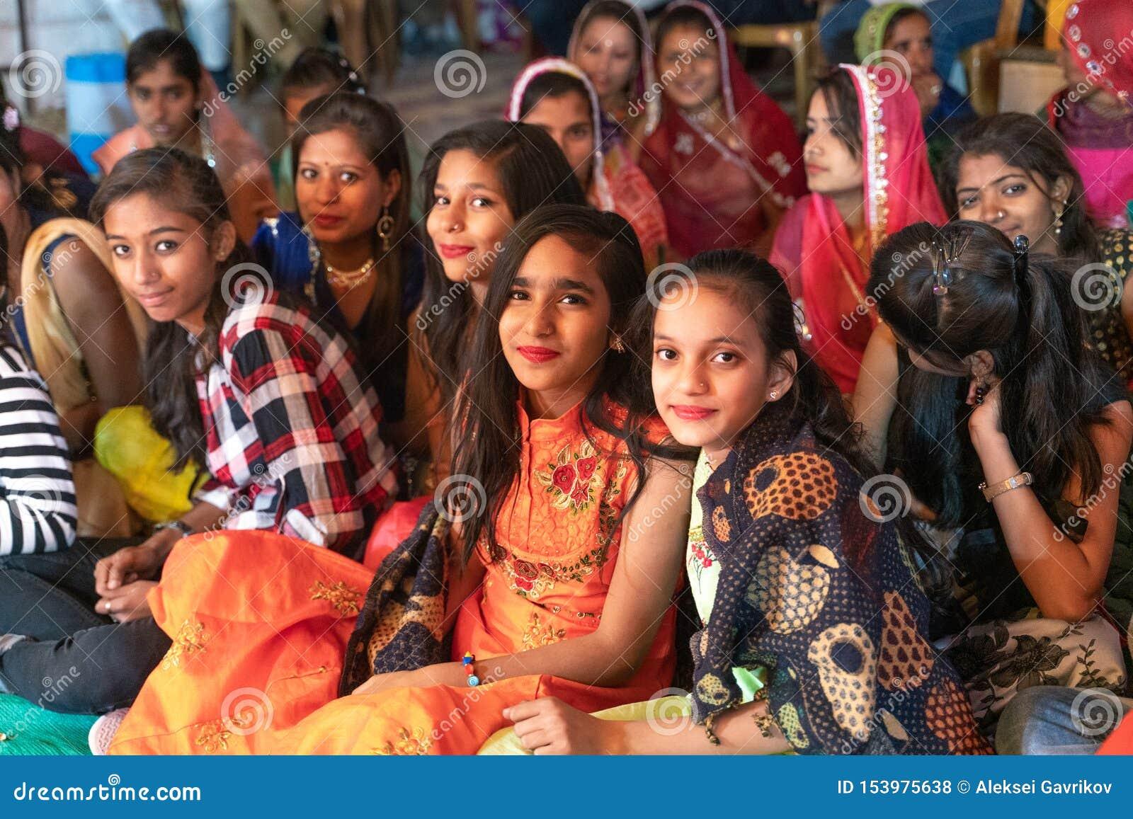 Sadri/india-12 07 2019: Die Leute auf traditioneller rajasthani Hochzeitszeremonie