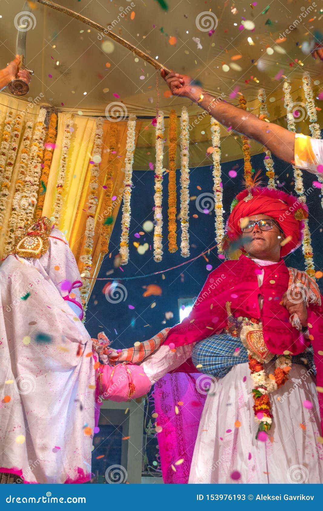 Sadri/india-12 07 2019: La gente su cerimonia di nozze tradizionale di rajasthani