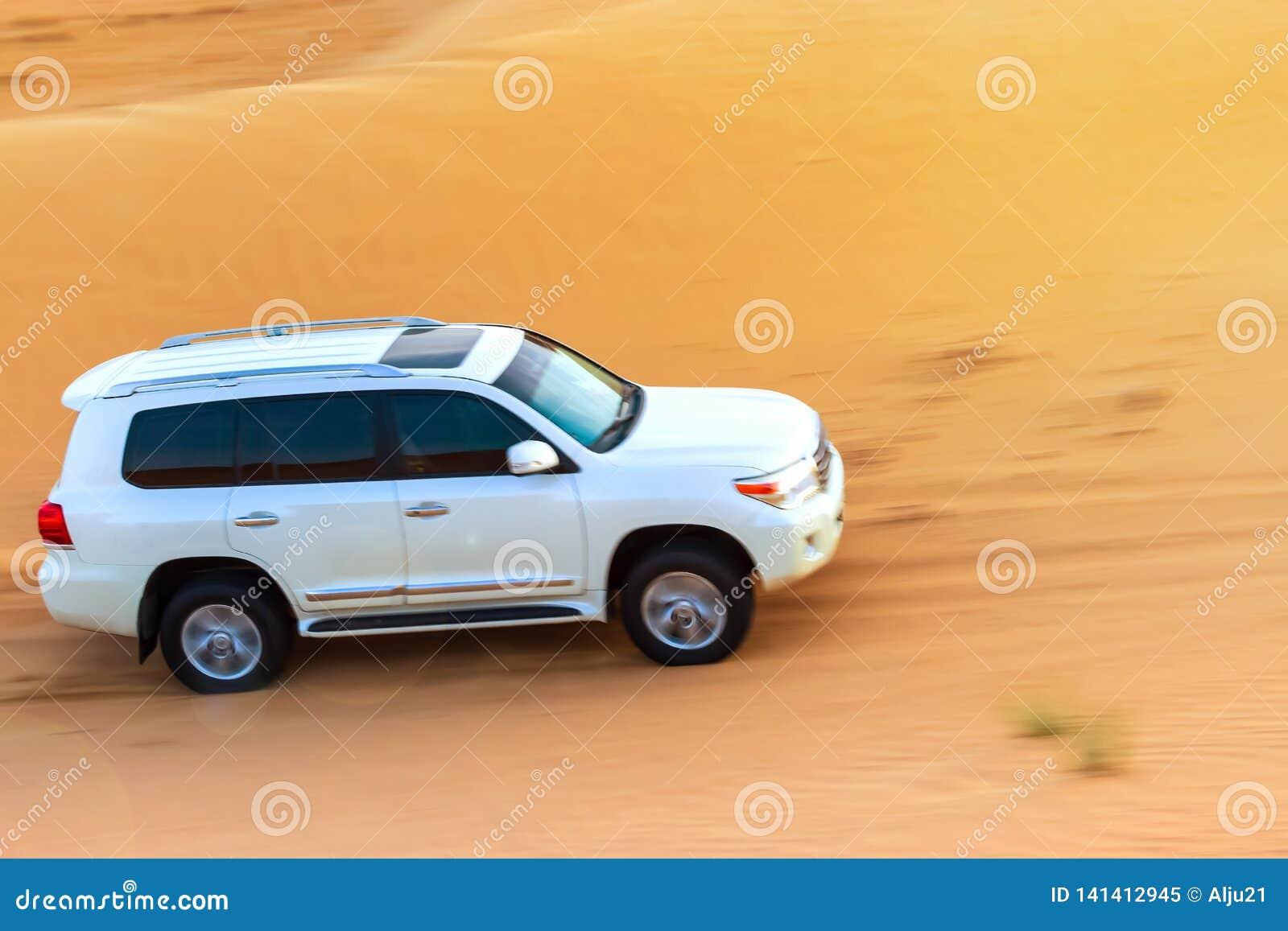 Safari campo a través del desierto árabe en Dubai, UAE El golpear de la duna