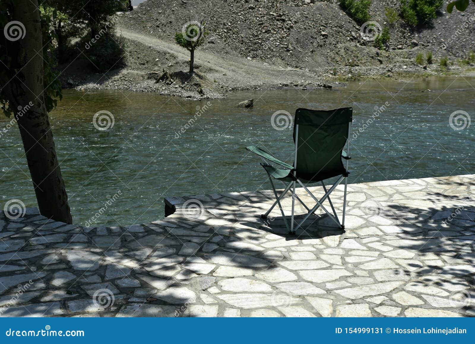 Safari Chair com a ideia do rood Zayanderud de Zayandeh, Esfahan, Irã no dia