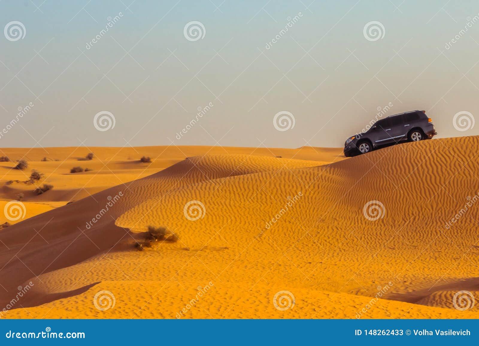 Safari del jeep en las dunas de arena en el desierto de Dubai