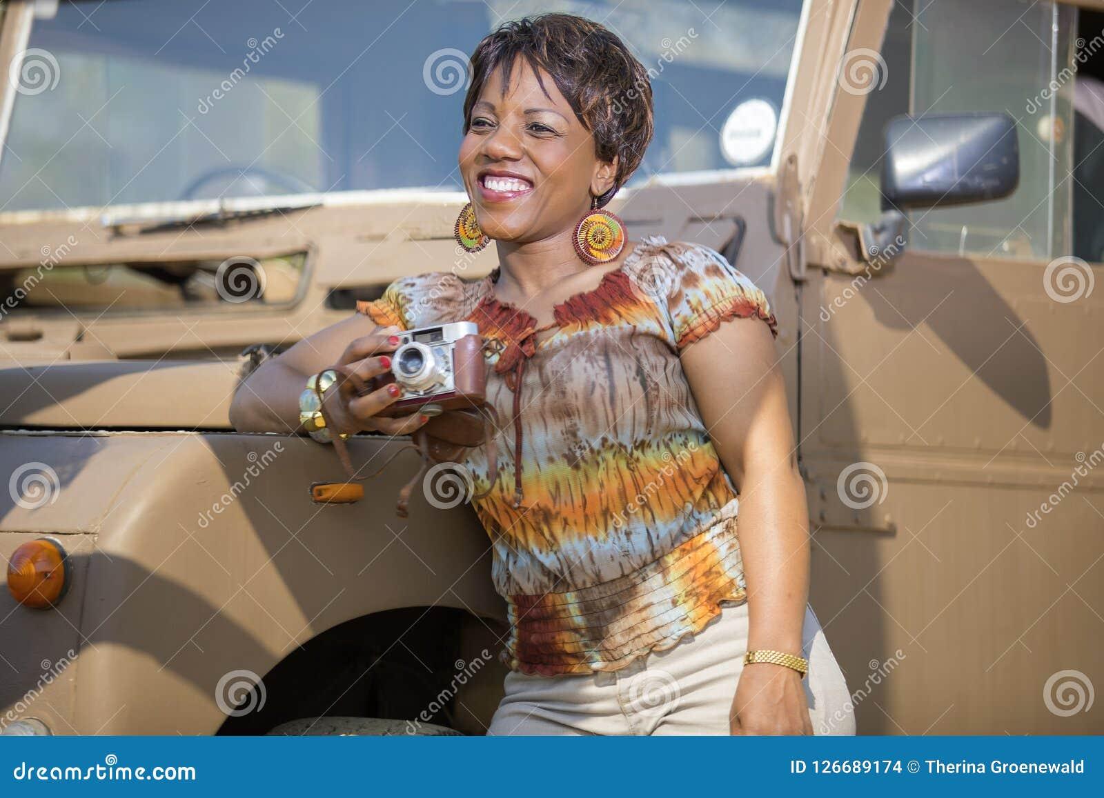 Safari w Afryka z rocznikiem Land Rover Obrazy Stock