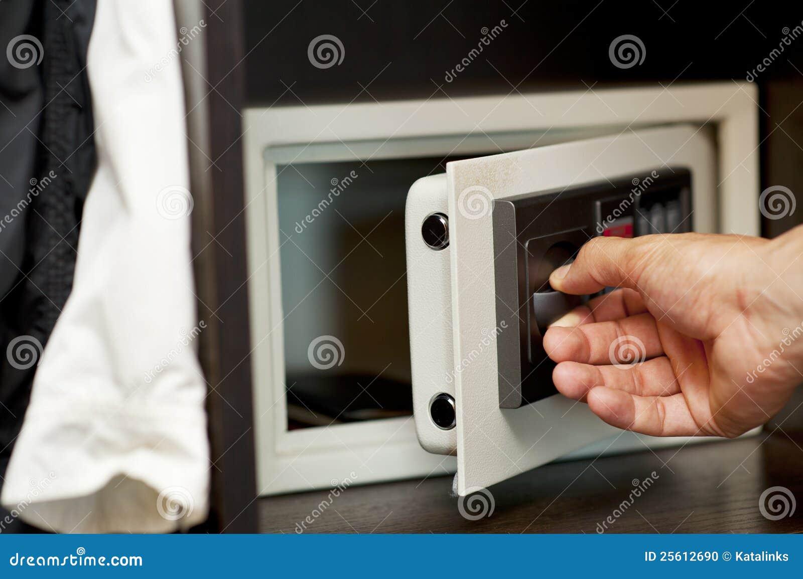 Safe versteckt in der garderobe stockfoto bild 25612690 for Garderobe versteckt